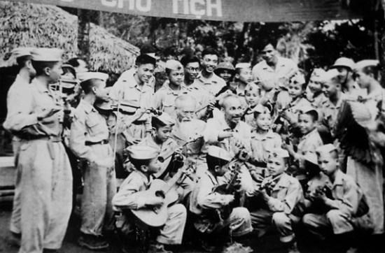 Bác Hồ với Đoàn Nghệ thuật thiếu nhi Liên khu X và đội Thiếu sinh quân đến chúc mừng sinh nhật Bác 60 tuổi tại Việt Bắc năm 1950. Ảnh: Tư liệu