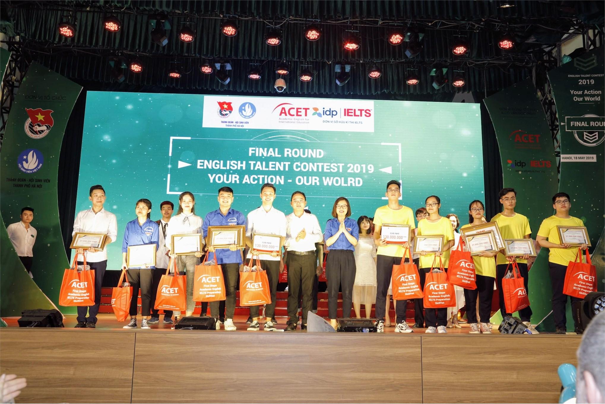 Ban tổ chức trao giải nhì cho Đại học Công nghiệp Hà Nội (bên trái) đối với khối trường Đại học/ Cao đẳng và THPT Ngọc Hồi (bên phải) đối với khối THPT