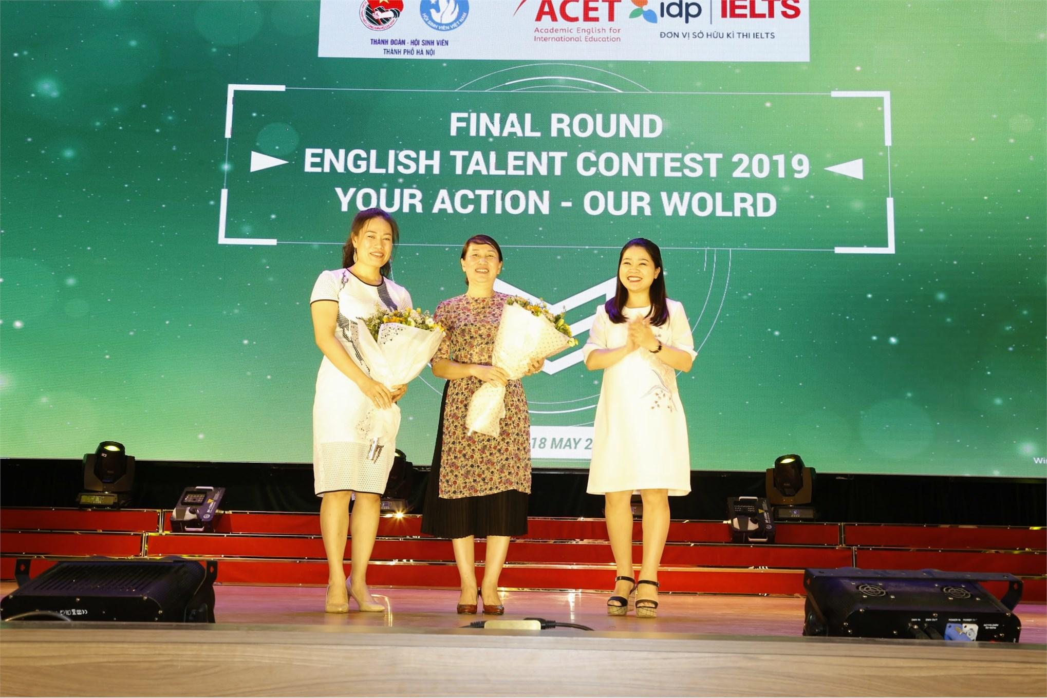 Đồng chí Chu Hồng Minh (phải), UVBCH Trung ương Đoàn, Phó bí thư Thành đoàn, Phó chủ tịch Hội Sinh viên Việt Nam, Chủ tịch Hội Sinh viên thành phố Hà Nội tặng hoa tới các đơn vị đồng hành: Đại học Công nghiệp Hà Nội (giữa) và Trung tâm Đào tạo Anh ngữ Úc ACET (trái)