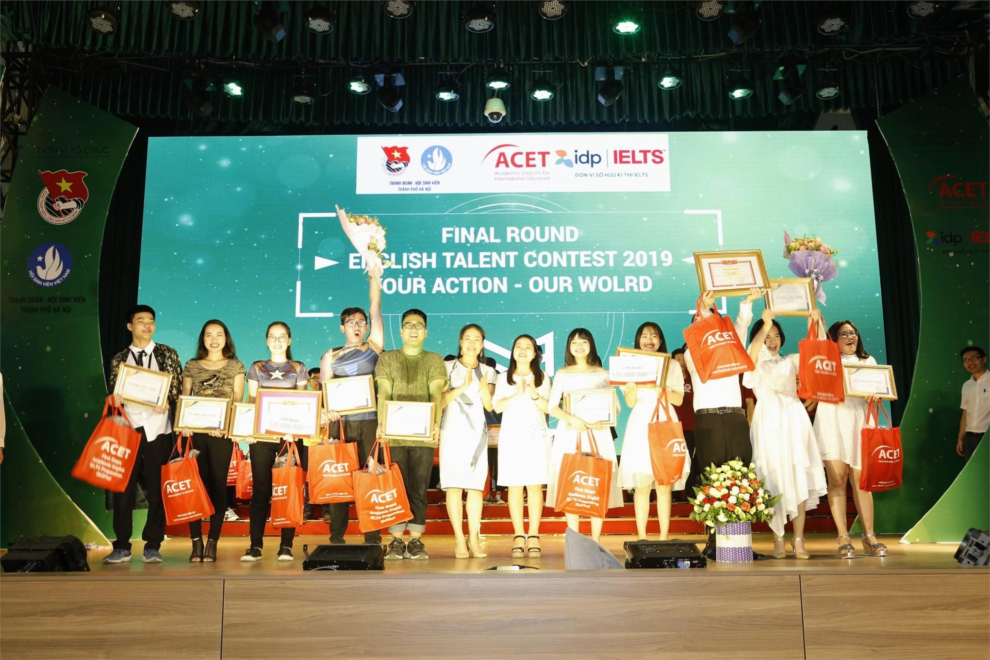 Ban tổ chức trao giải nhì cho Học viện Tài chính (bên trái) đối với khối trường Đại học/ Cao đẳng và THPT Thường Tín (bên phải) đối với khối THPT