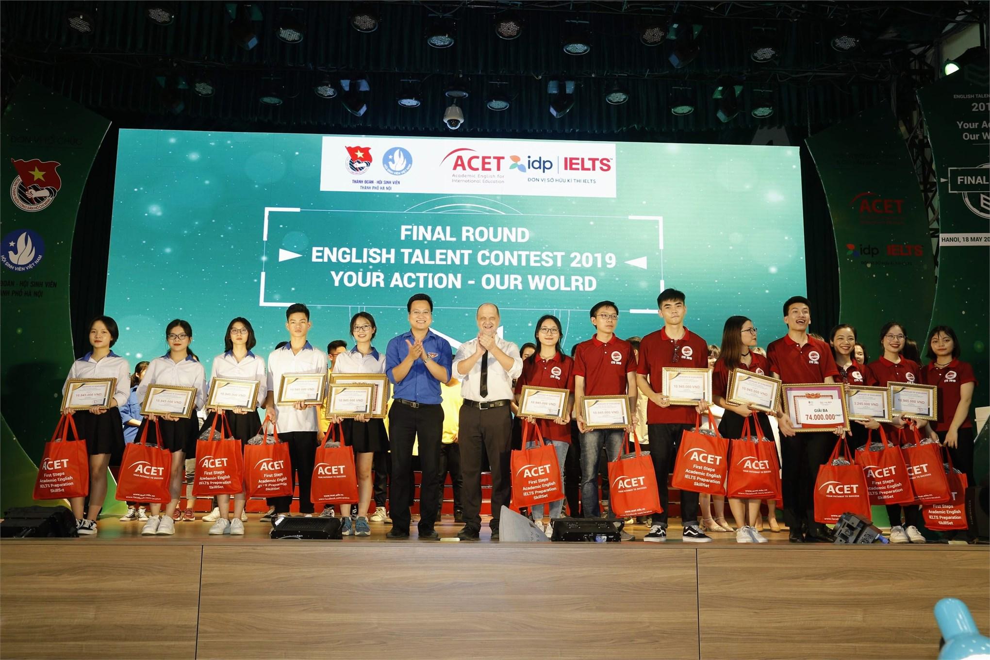 Ban tổ chức trao giải ba cho Đại học Sư Phạm Hà Nội 2 (bên phải) đối với khối trường Đại học/ Cao đẳng và THPT Ba Vì (bên trái) đối với khối THPT
