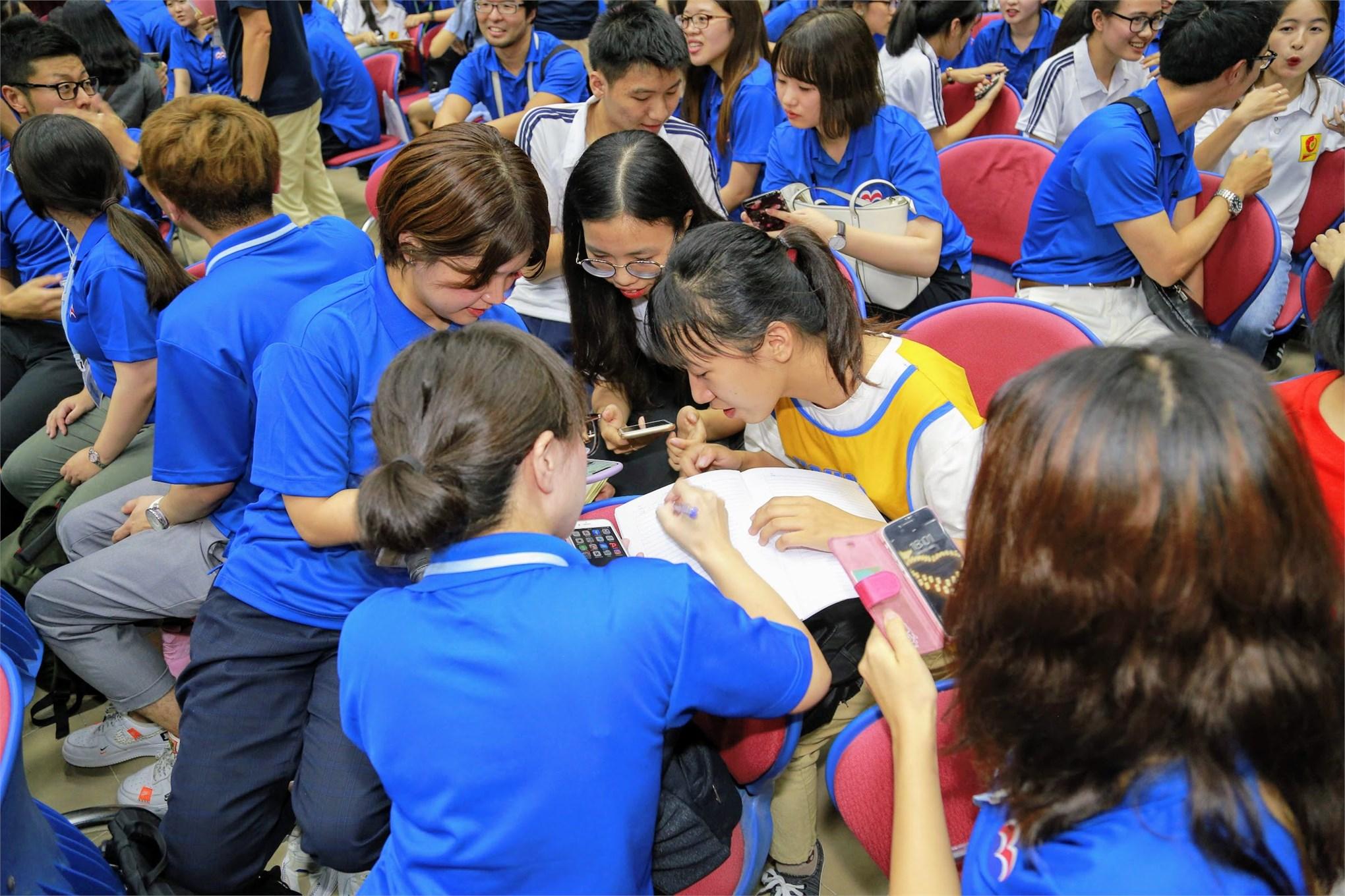 Các nhóm sinh viên giữa hai trường sôi nổi thảo luận về đề tài chung: nghề nghiệp, văn hoá, thời trang