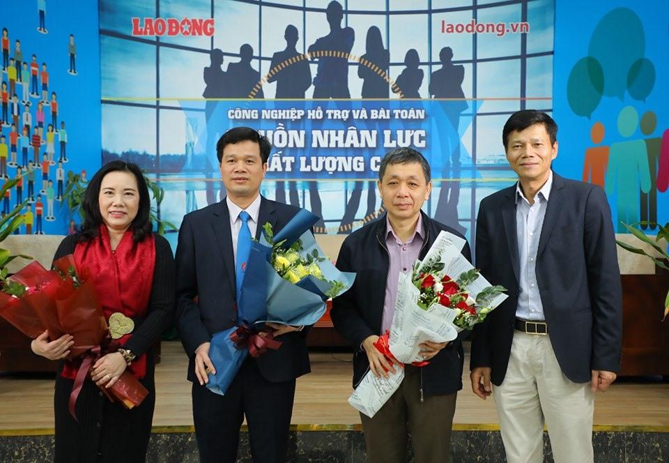 Tổng Biên tập Báo Lao Động Nguyễn Ngọc Hiển tặng hoa các khách mời tham dự tọa đàm. Ảnh: Tô Thế
