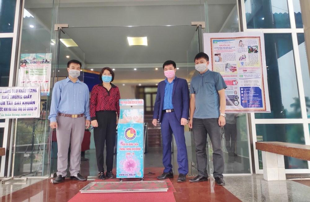 Cao đẳng Công nghiệp và Xây dựng trao tặng thiết bị phun sát khuẩn tay tự động cho UBND Thành phố Uông Bí