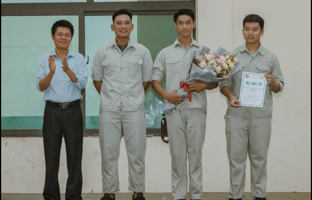 Đỗ Xuân Hoàng (thứ hai từ phải sang) cùng các bạn nhận phần thưởng tại cuộc thi Roboconmini do Trung tâm Việt - Nhật tổ chức năm 2019