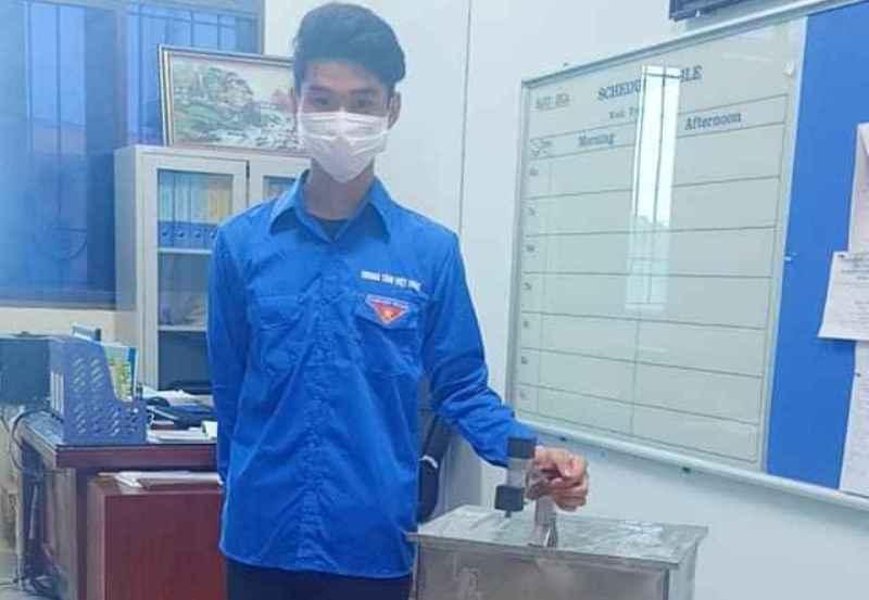 Sinh viên Đỗ Xuân Hoàng và chiếc máy phun nước sát khuẩn tự động