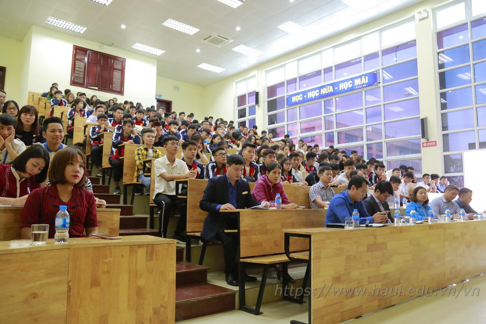 Hội nghị Lớp trưởng, Bí thư Chi đoàn các lớp năm học 2018 - 2019: lắng nghe và giải đáp các ý kiến của sinh viên