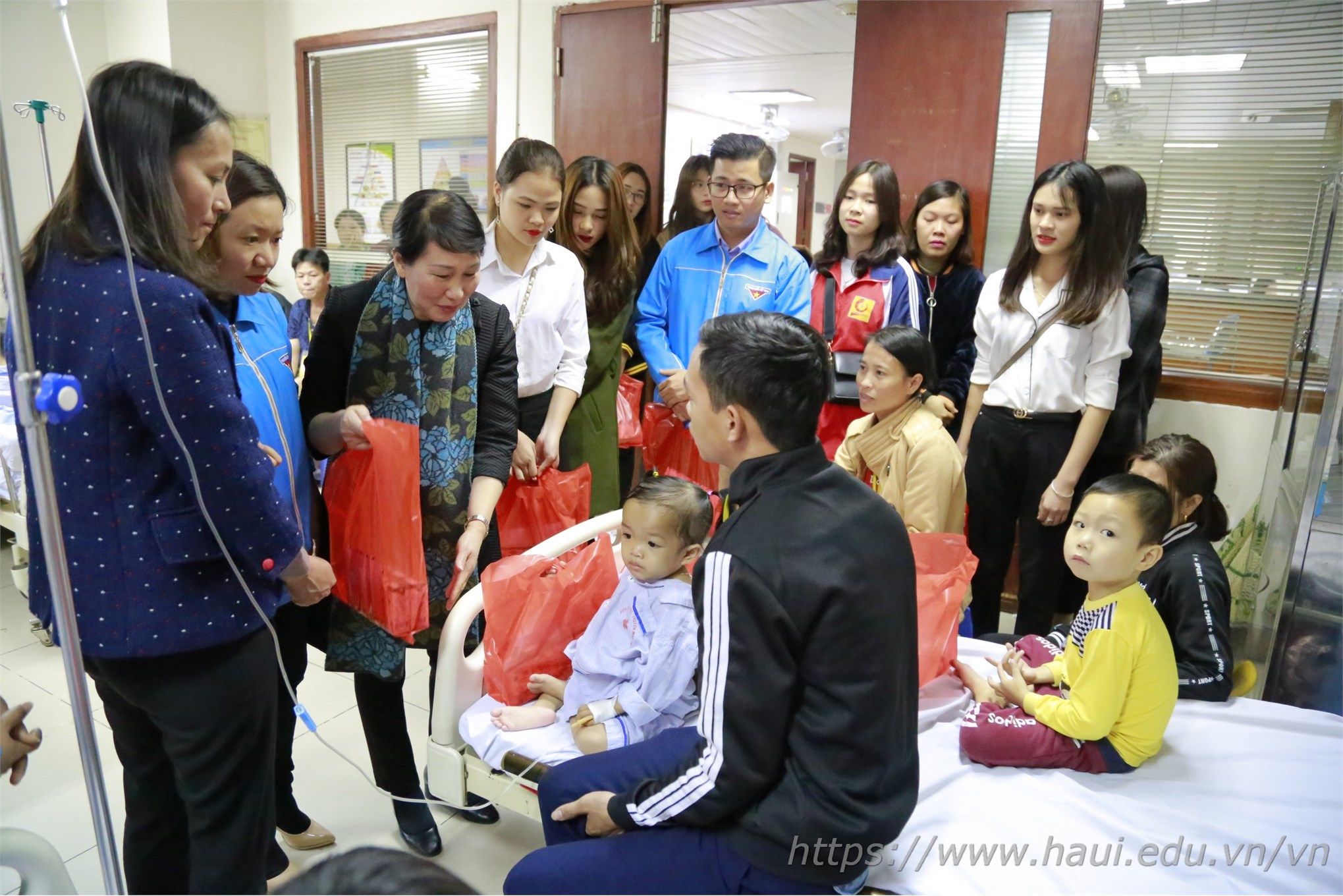 Nữ sinh Đại học Công nghiệp Hà Nội với hoạt động vì cộng đồng