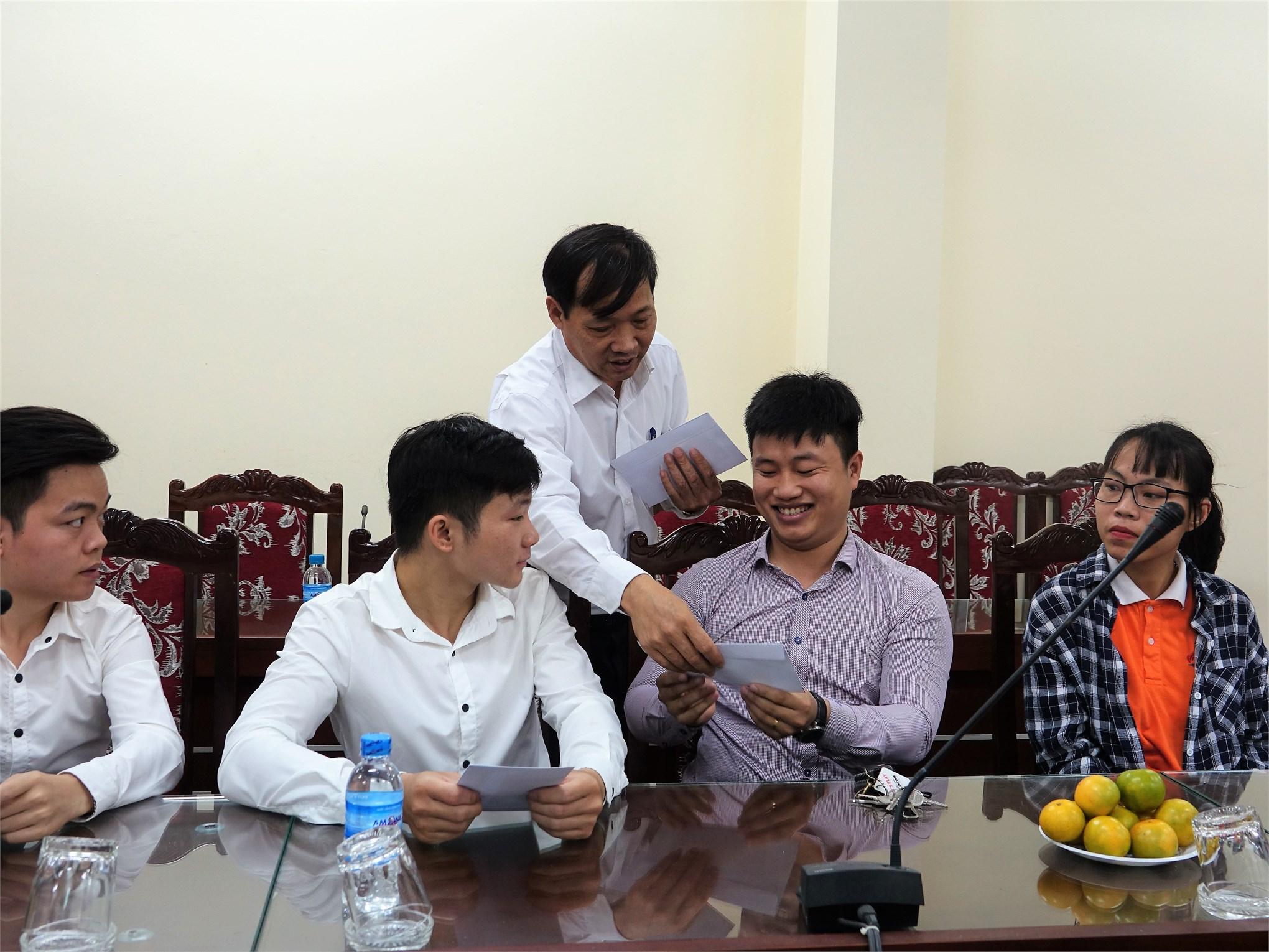 PGS.TS. Phạm Văn Bổng - Phó Bí thư Đảng ủy, Phó Hiệu trưởng nhà trường tặng quà cho các bạn sinh viên khuyết tật