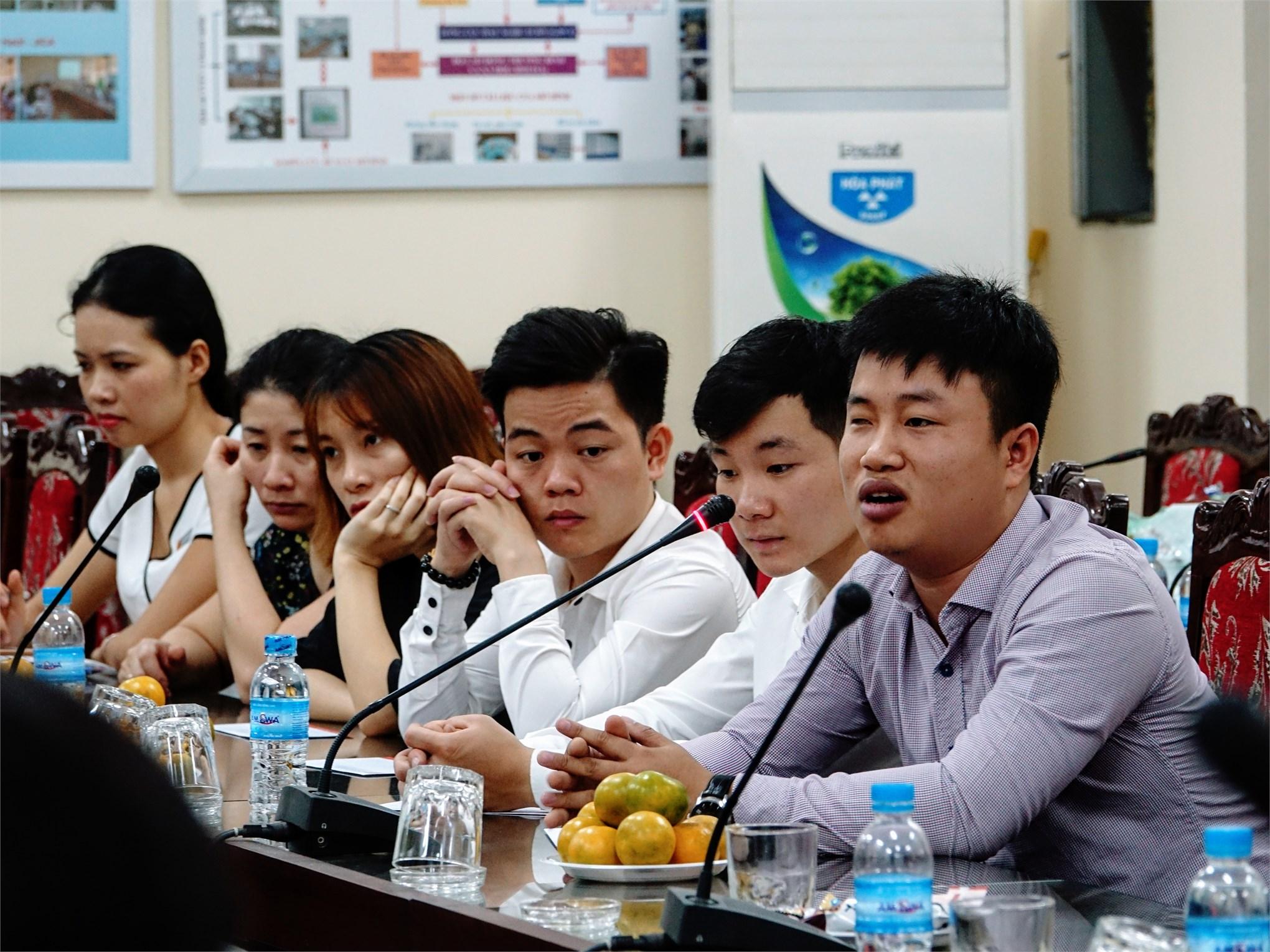 Các bạn sinh viên khuyết tật phát biểu ý kiến tại buổi gặp mặt