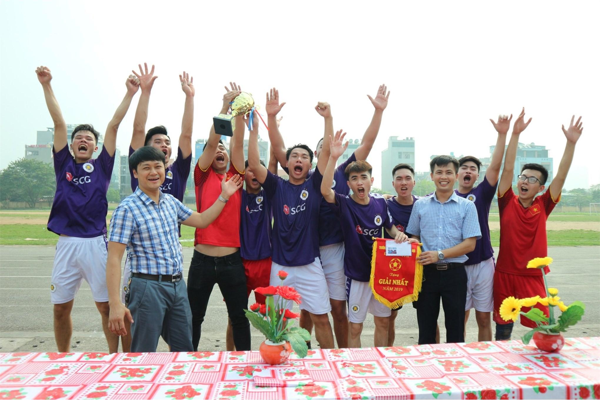 TS. Nguyễn Anh Ngọc trao giải nhất cho đội tuyển ĐHO5K11