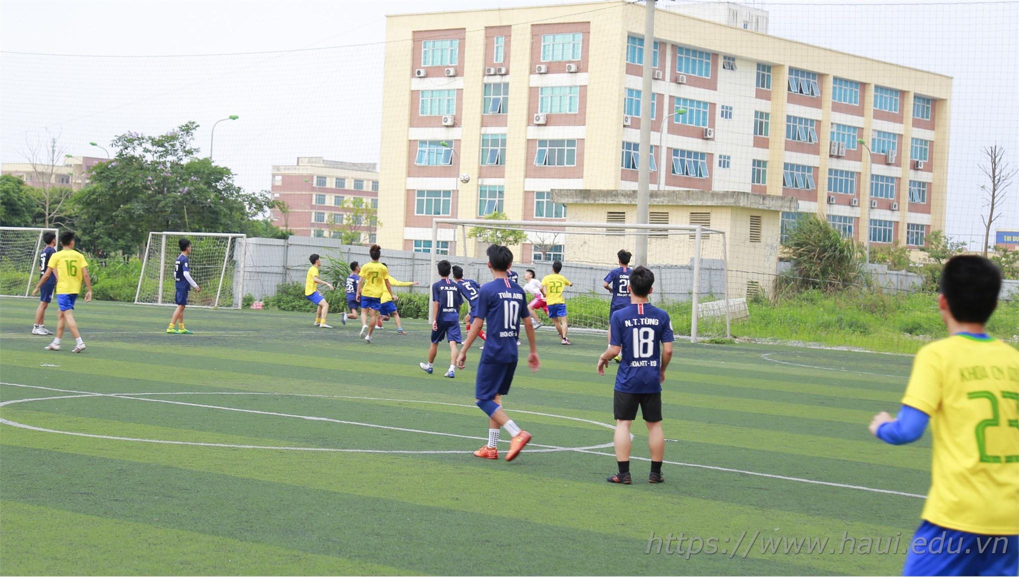 Đội bóng khoa Công nghệ Ô tô vô địch Giải bóng đá 11 người nam sinh viên