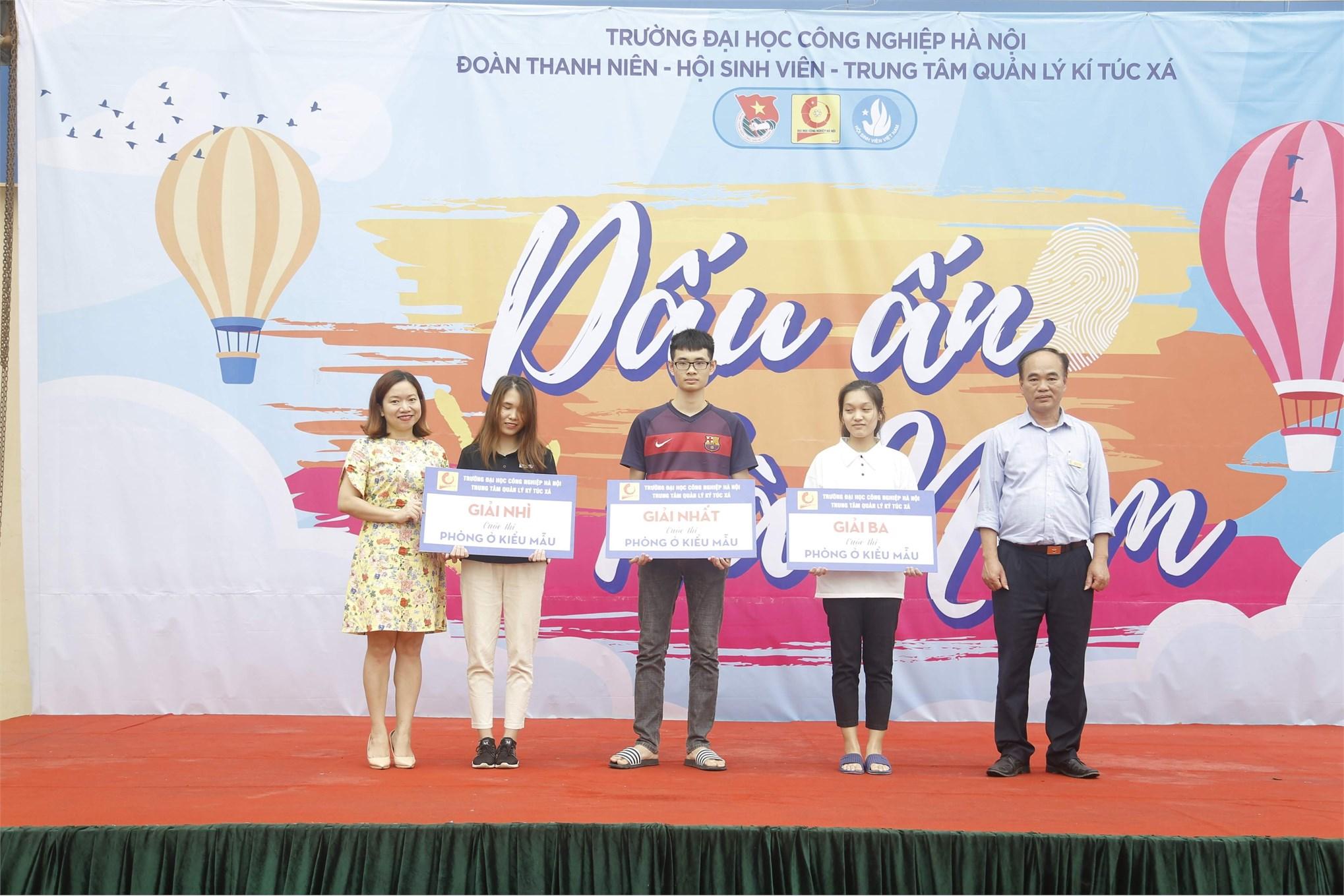 Đ/c Đinh Bạt Giáp - PGĐ TTQLKTX và đ/c Trương Thị Thanh Hoài - Bí thư Đoàn trường trao giải cuộc thi Phòng ở kiểu mẫu