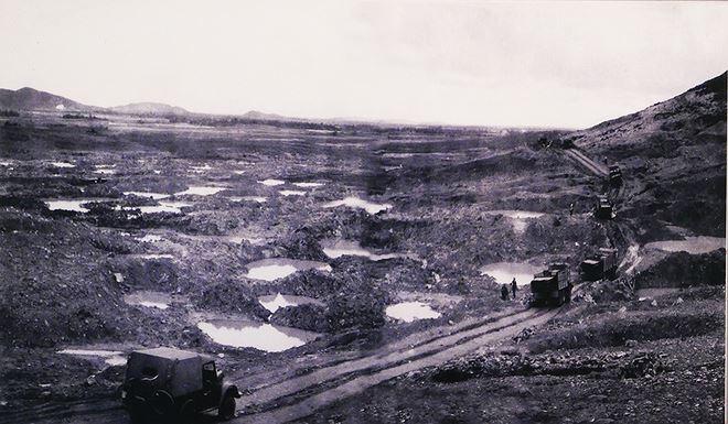 Suốt 16 năm, chiến trường Trường Sơn hứng chịu hơn 4 triệu tấn bom mìn do không quân Mỹ trút xuống. Trên toàn tuyến đường có tới 2.500 trọng điểm đánh phá. Trong ảnh là trọng điểm ngã ba Đồng Lộc (Hà Tĩnh), đoàn xe di chuyển qua khu vực dày đặc hố bom.
