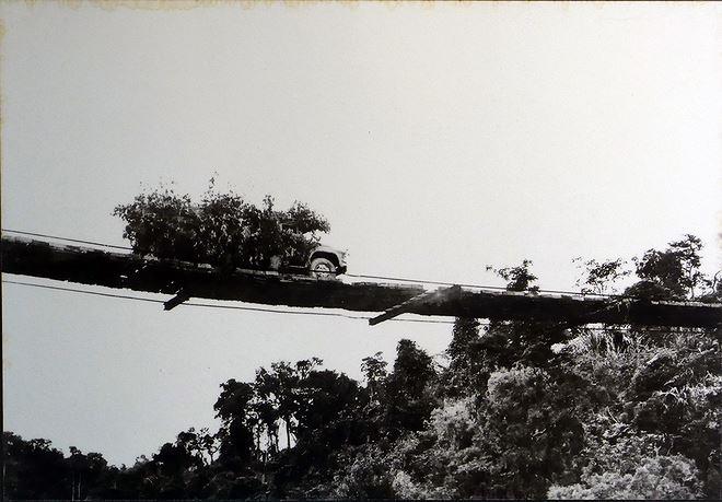 Cầu treo bắc qua sông Talê - đường 20, do tiểu đoàn công binh 33 xây dựng. Khi bị không quân Mỹ oanh tạc, cầu được cất giấu tại bờ sông, đến khi yên ắng lại cho dựng lại. Cây cầu tồn tại trong 6 năm, giúp hàng nghìn chuyến xe vượt sông an toàn ra mặt trận.