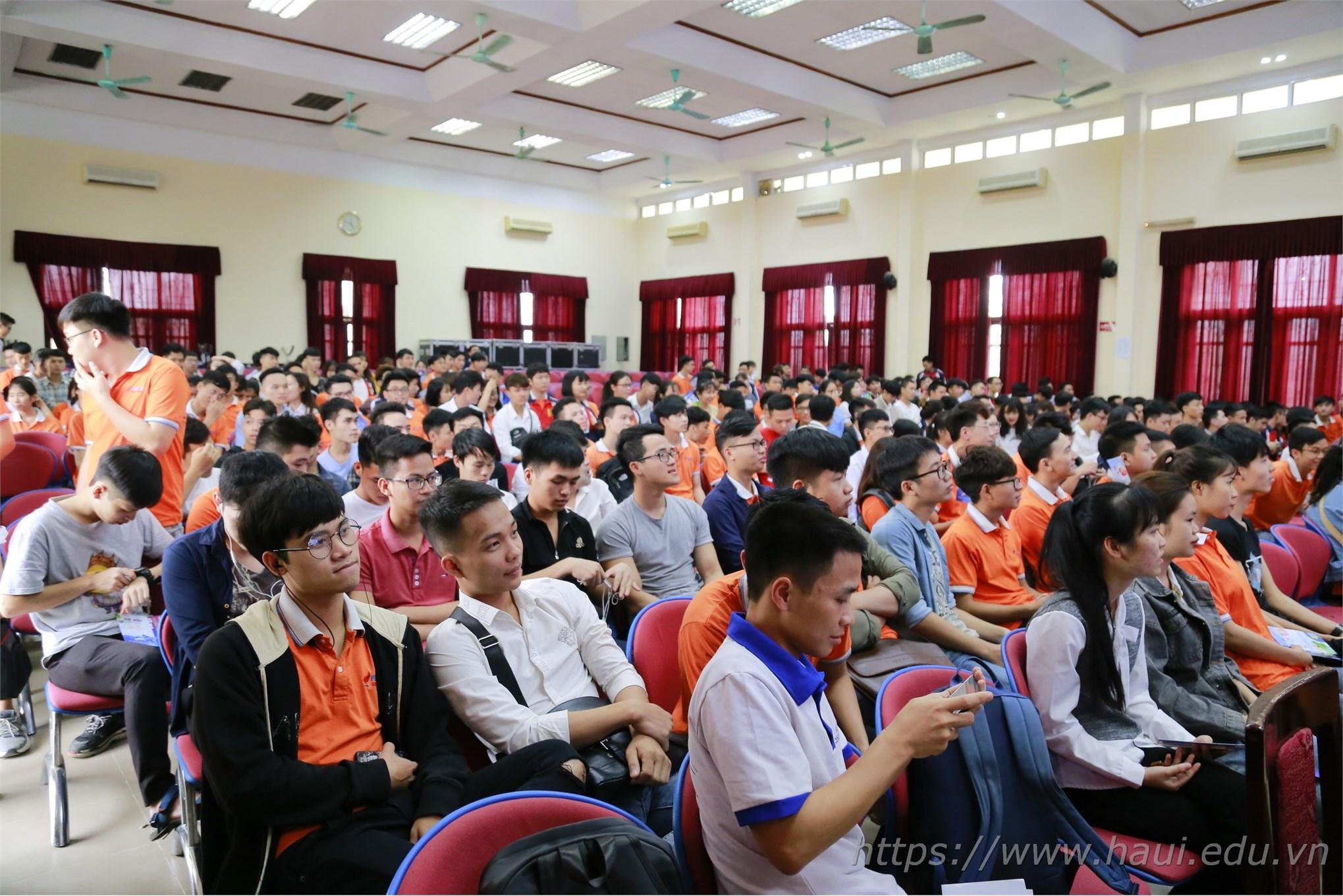 Hàng trăm cơ hội việc làm, chương trình học bổng toàn phần cho sinh viên Đại học Công nghiệp Hà Nội