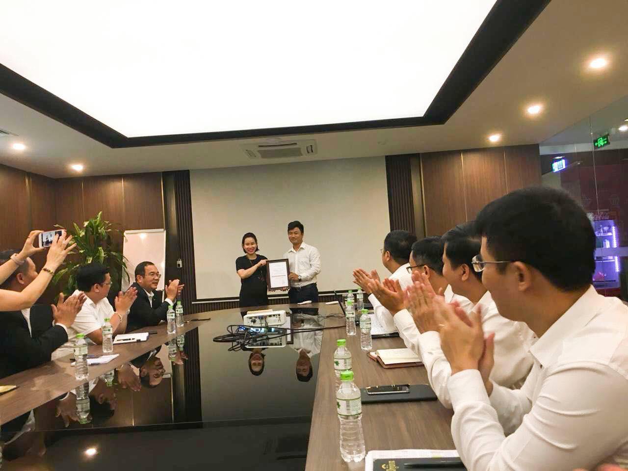 """Phạm Văn Nhất được trao tặng Giải thưởng """"Mường Thanh Under 30"""" lần thứ nhất"""