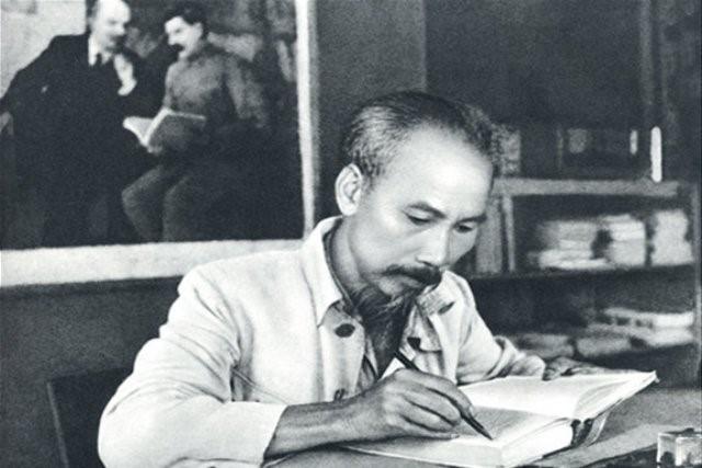 Chủ tịch Hồ Chí Minh trong phòng làm việc tại căn cứ Việt Bắc. Ảnh: NDĐT
