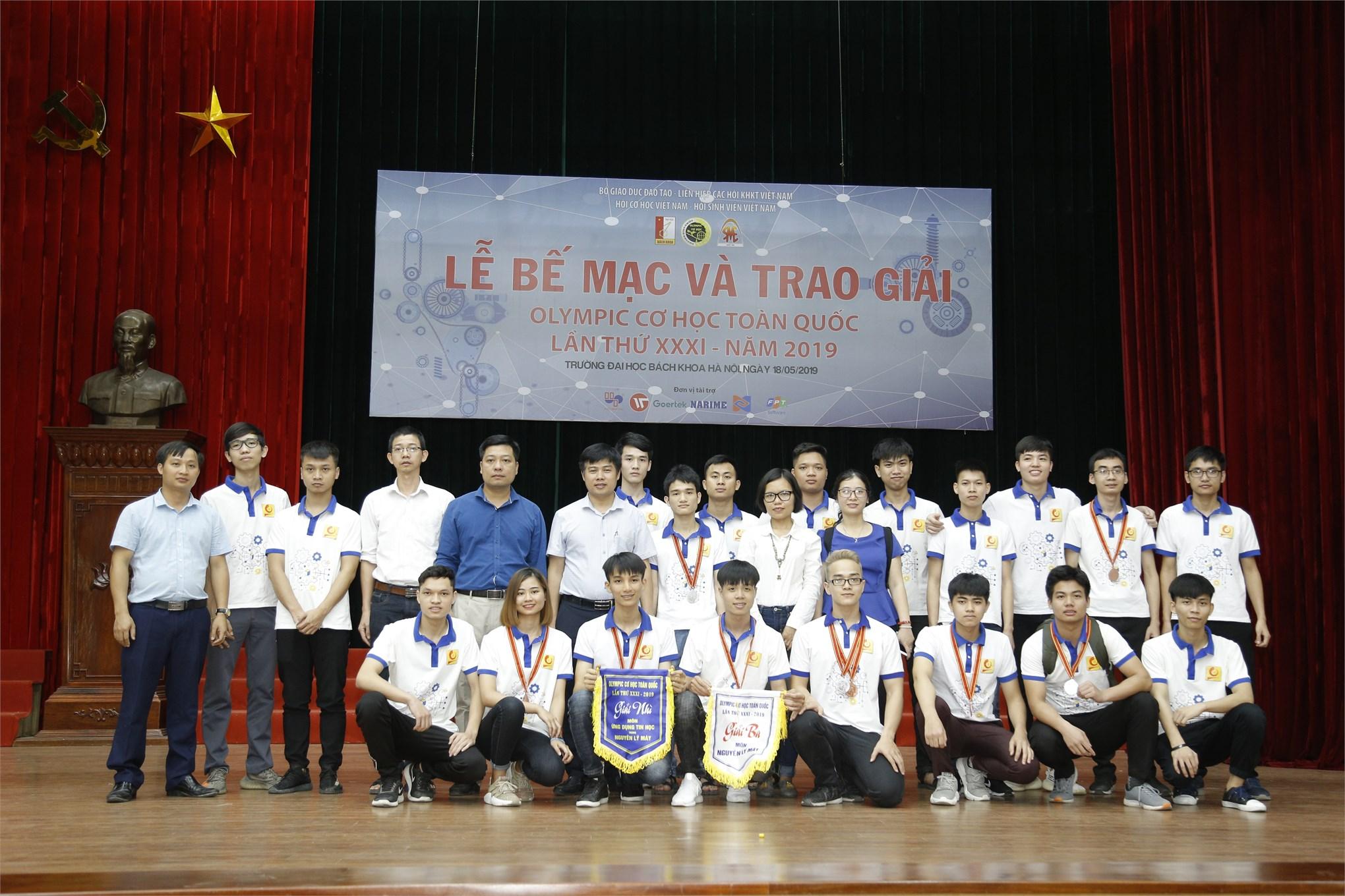 Tập thể sinh viên và Thầy cô giáo trường Đại học Công nghiệp Hà Nội chụp ảnh lưu niệm tại lễ trao giải Olympic Cơ học toàn quốc lần thứ XXXI – năm 2019