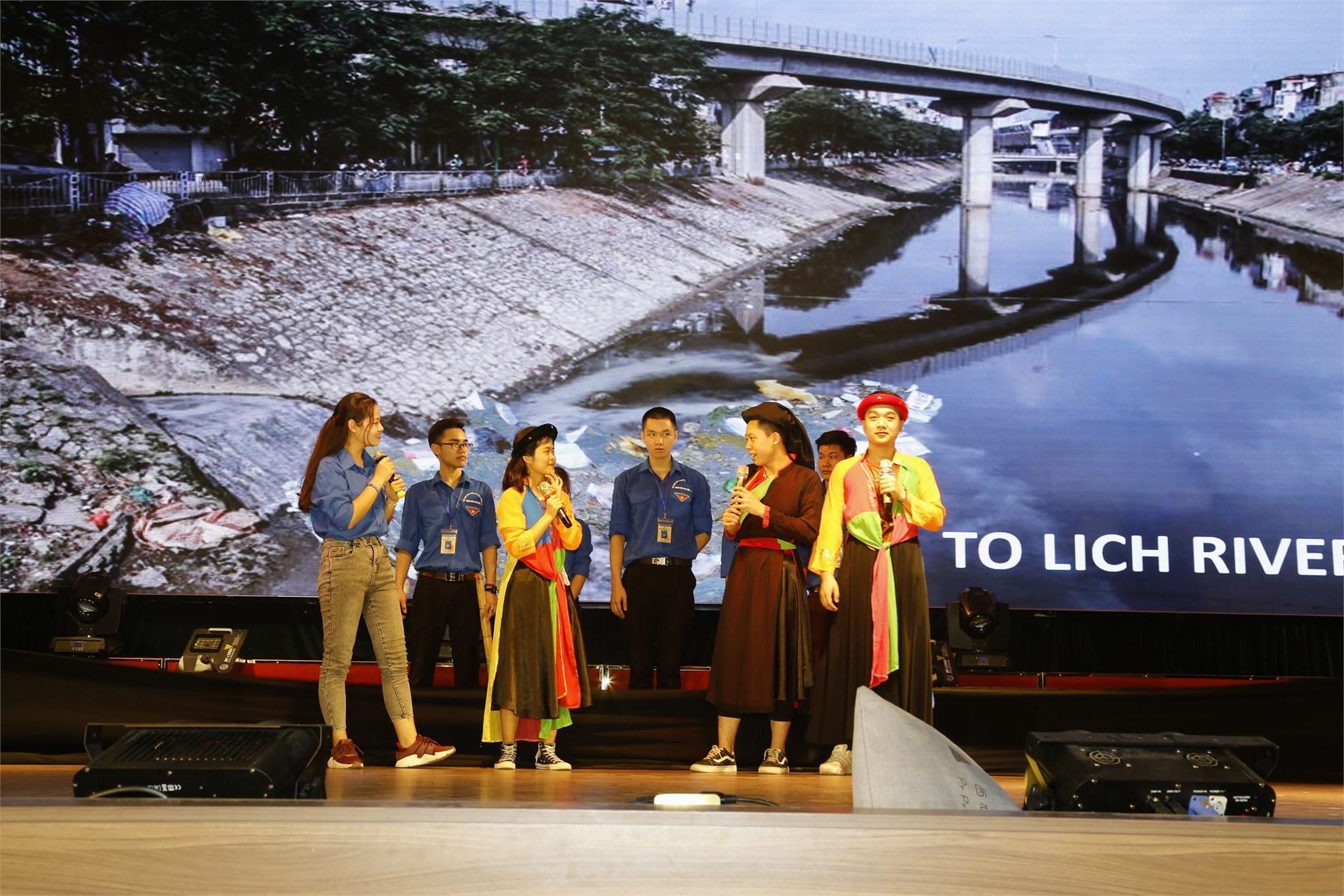 Phần thi Chào hỏi của Đội Đại học Công nghiệp Hà Nội