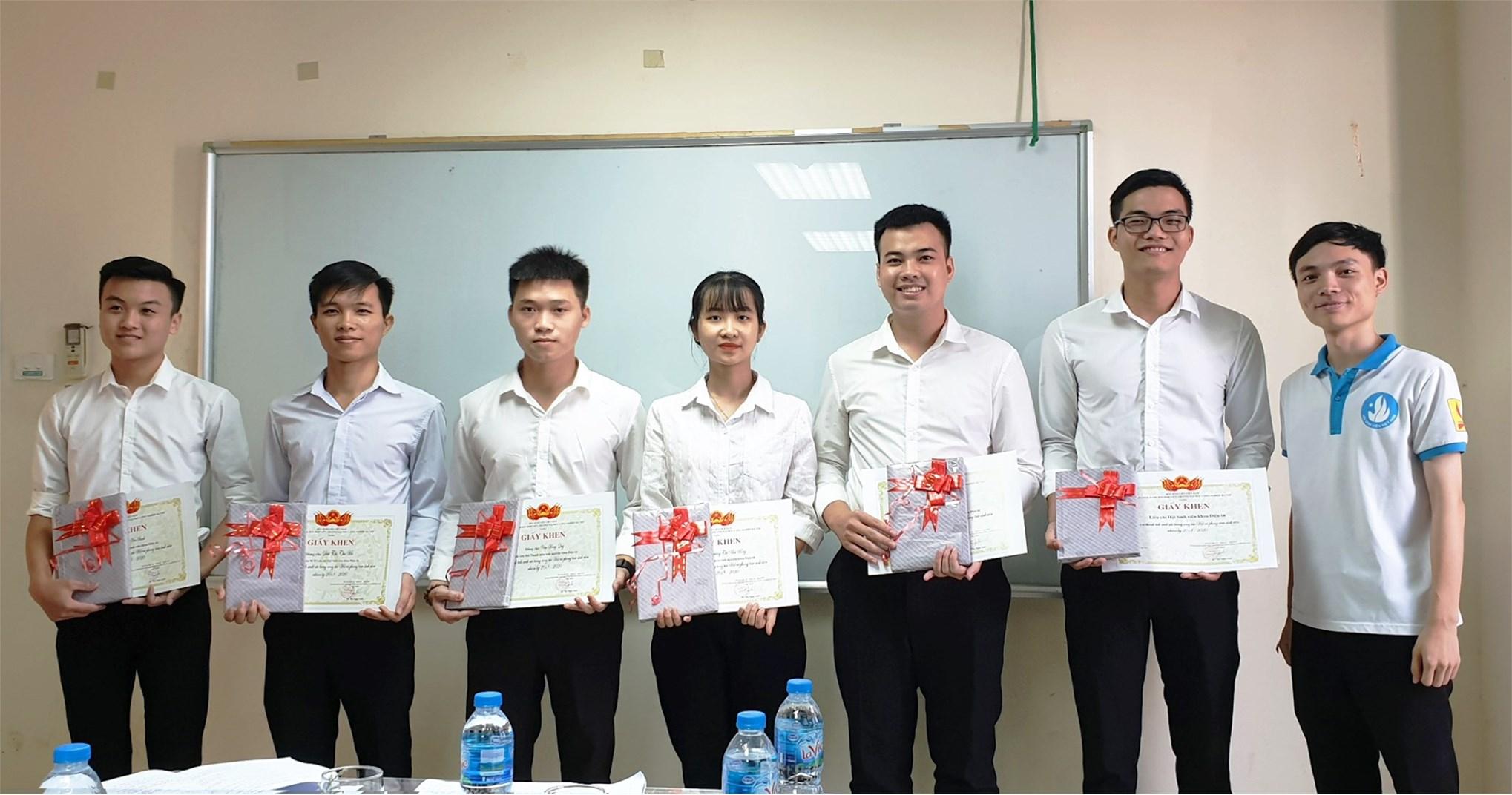 Đ/c Ngô Tiến Lâm - Phó Chủ tịch Hội Sinh viên trường tặng giấy khen và quà cho các cá nhân rút khỏi BCH và đã có thành tích xuất sắc trong công tác Hội và phong trào sinh viên nhiệm kỳ 2018-2020