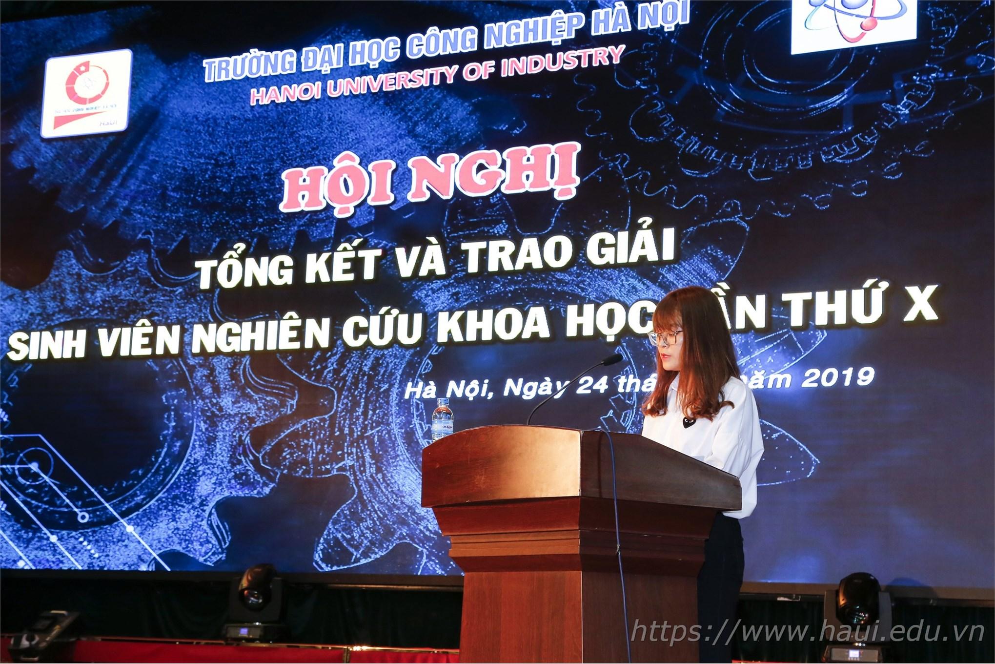 Nữ sinh Vũ Thị Ngọc chia sẻ về kinh nghiệm NCKH của bản thân tại Hội nghị Tổng kết và trao giải Sinh viên NCKH lần thứ X