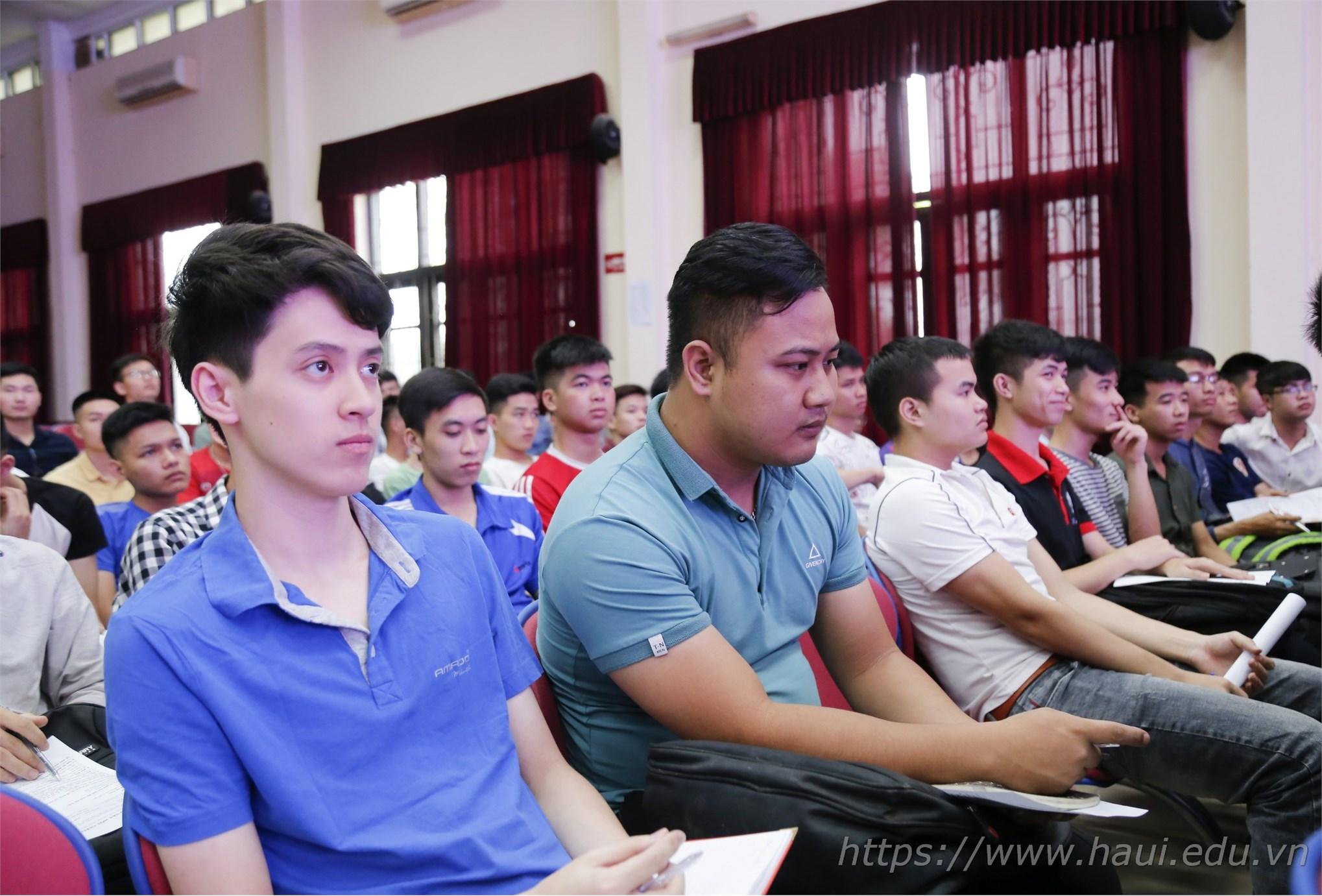 Hàng trăm bạn sinh viên khoa Cơ khí tham gia tìm kiếm cơ hội tại Hội thảo. Theo đó, sinh viên tham gia chương trình có cơ hội thực tập tại doanh nghiệp tại Nhật Bản.