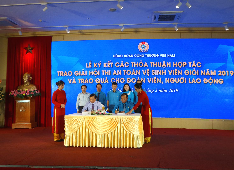 Lễ ký kết các thỏa thuận hợp tác, trao giải hội thi an toàn vệ sinh giỏi năm 2019 và trao quà cho đoàn viên, người lao động