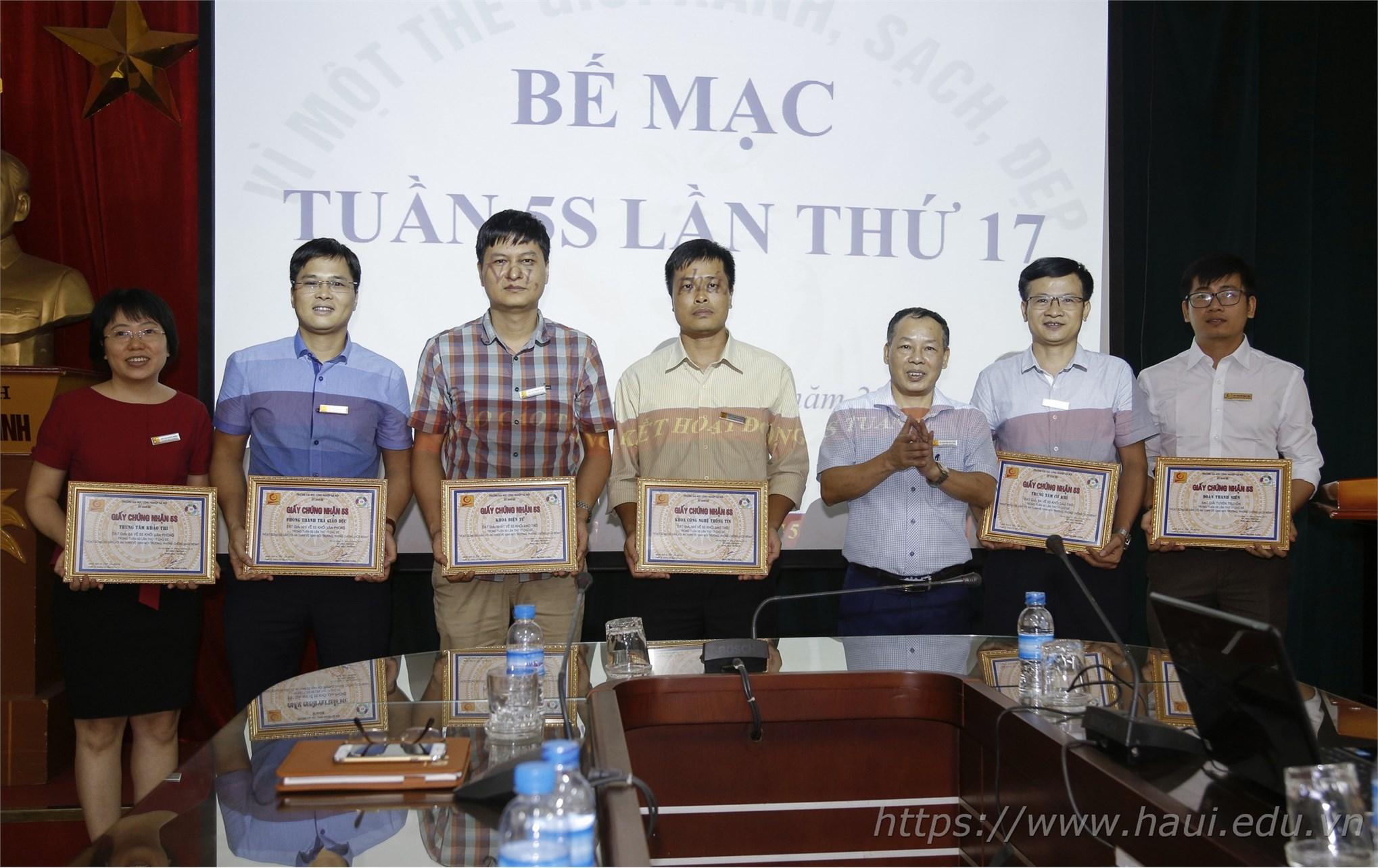 TS. Nguyễn Anh Tuấn trao thưởng cho các đơn vị thực hiện tốt Tuần 5S lần thứ 17