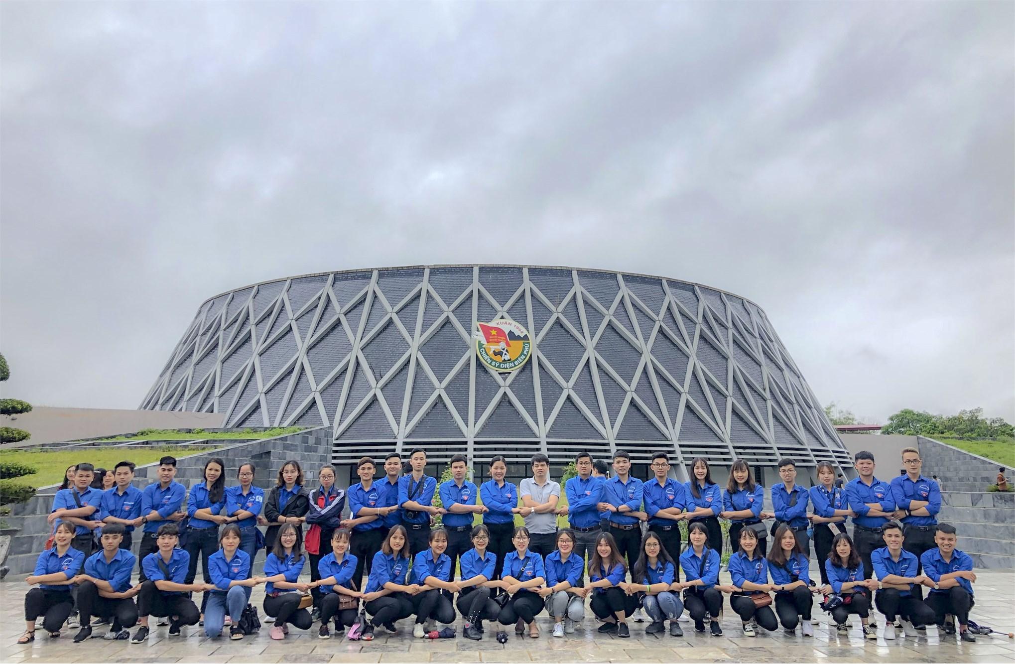 Đoàn sinh viên tiêu biểu trường Đại học Công nghiệp Hà Nội thăm khu di tích chiến trường Điện Biên Phủ