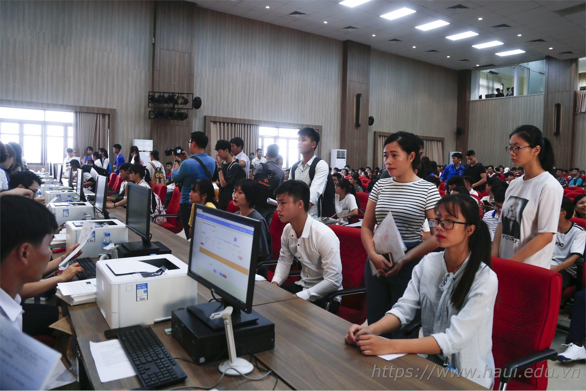 Thí sinh làm thủ tục nhập học tại Đại học Công nghiệp Hà Nội năm 2019