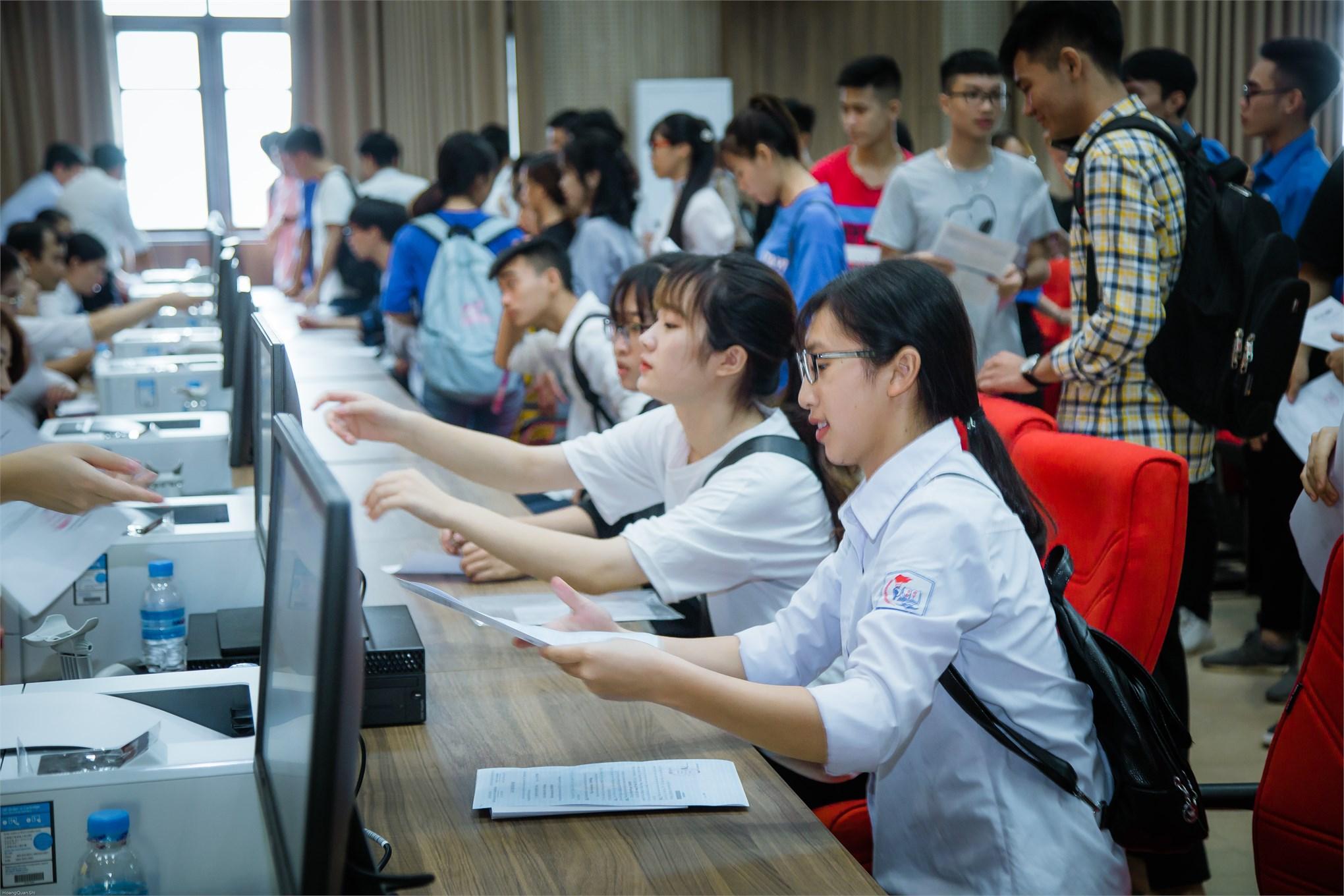 Thí sinh đăng ký xác nhận thủ tục nhập học tại Đại học Công nghiệp Hà Nội năm 2019