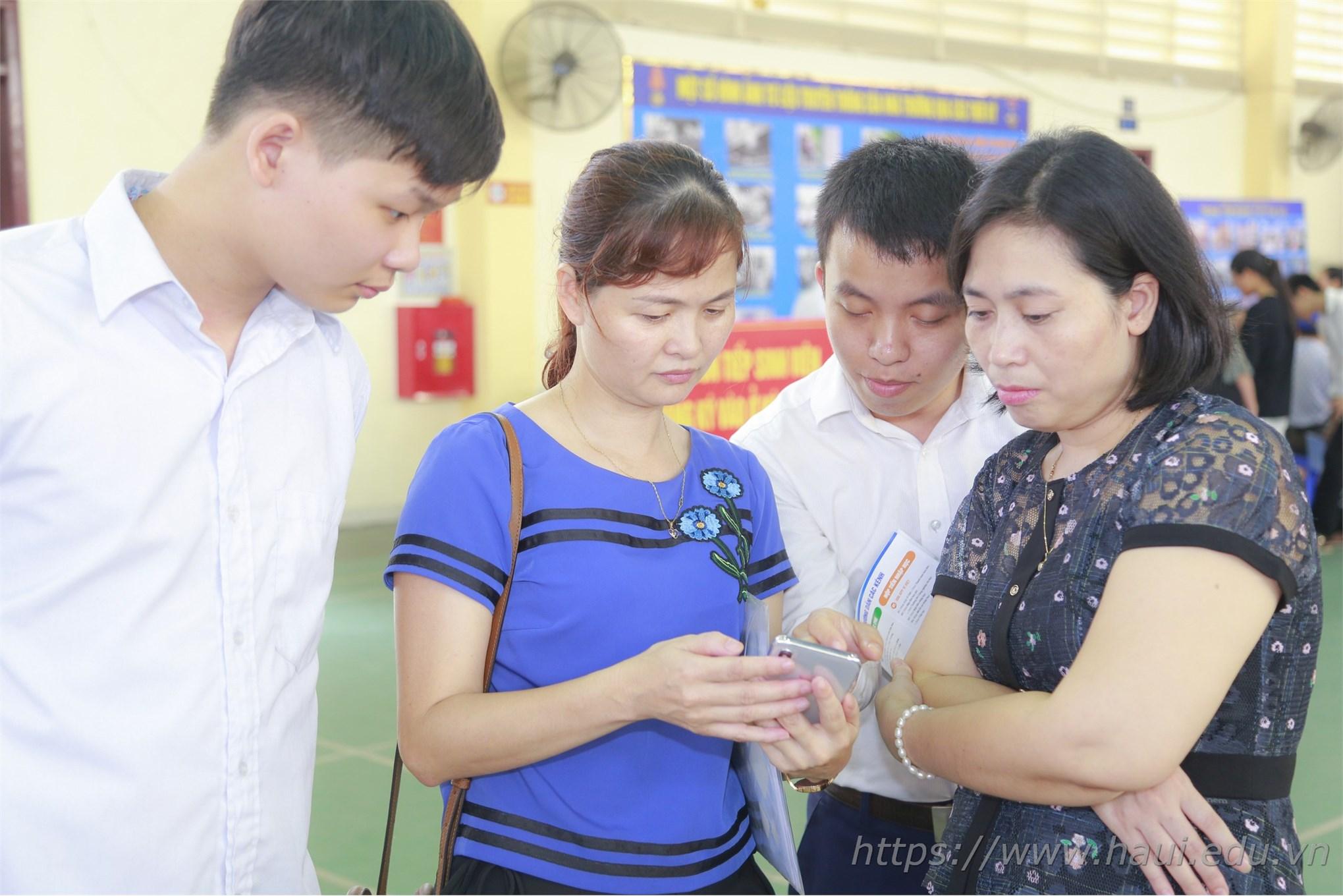 Thí sinh đăng ký xác nhận nhập học tai Đại học Công nghiệp Hà Nội năm 2019
