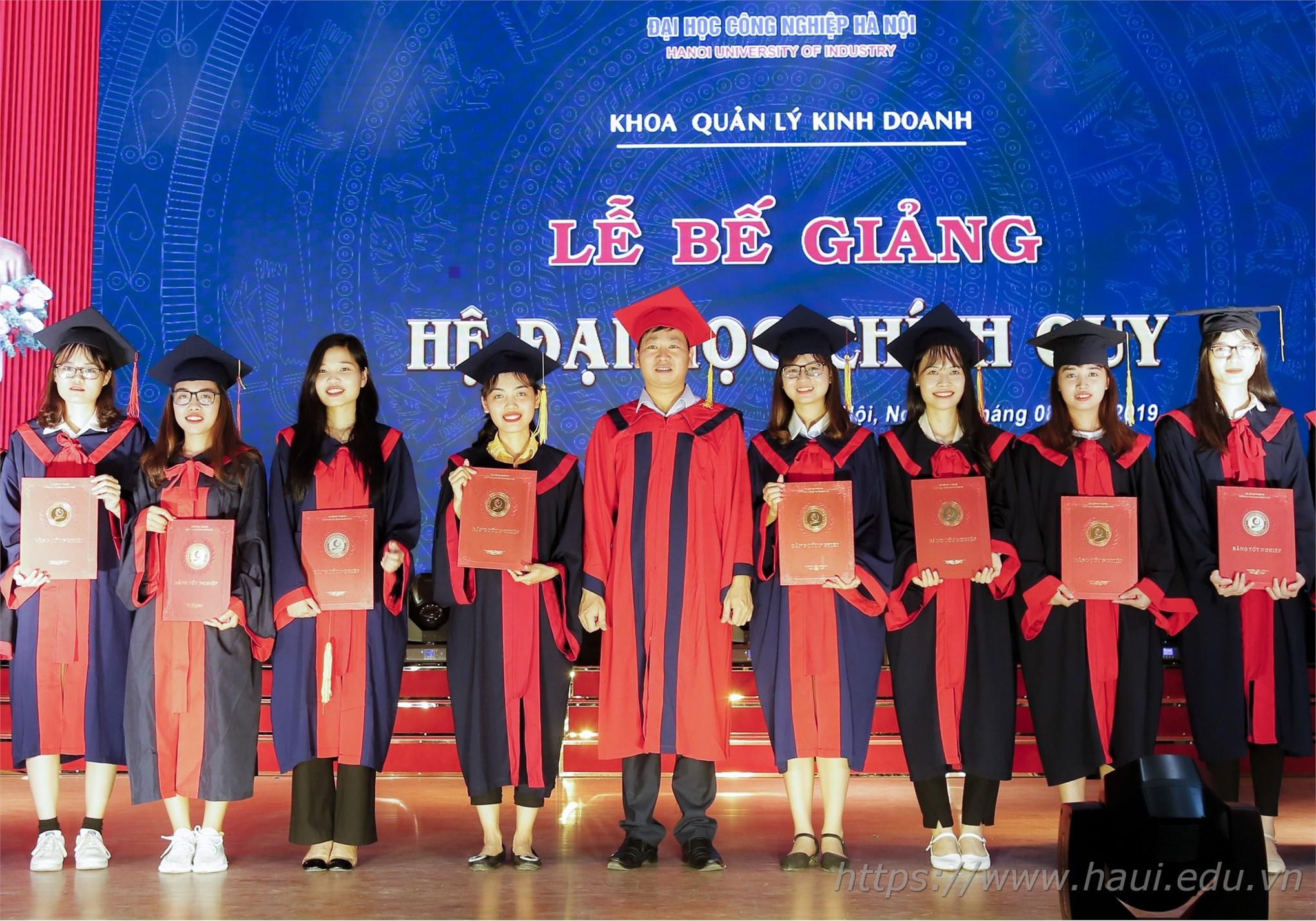 Tân cử nhân khoa Quản lý Kinh doanh, Đại học Công nghiệp Hà Nội tốt nghiệp với tấm bằng loại giỏi