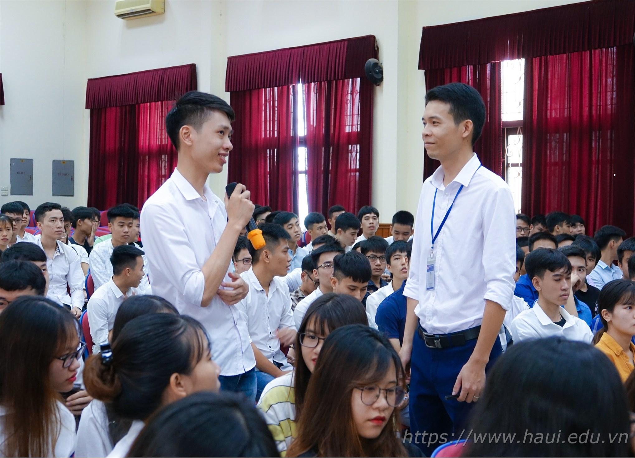 Sinh viên hào hứng đặt câu hỏi và chia sẻ những thắc mắc của mình về công việc sau này cũng như những chế độ khi làm việc tại Tập đoàn KHKT Hồng Hải.