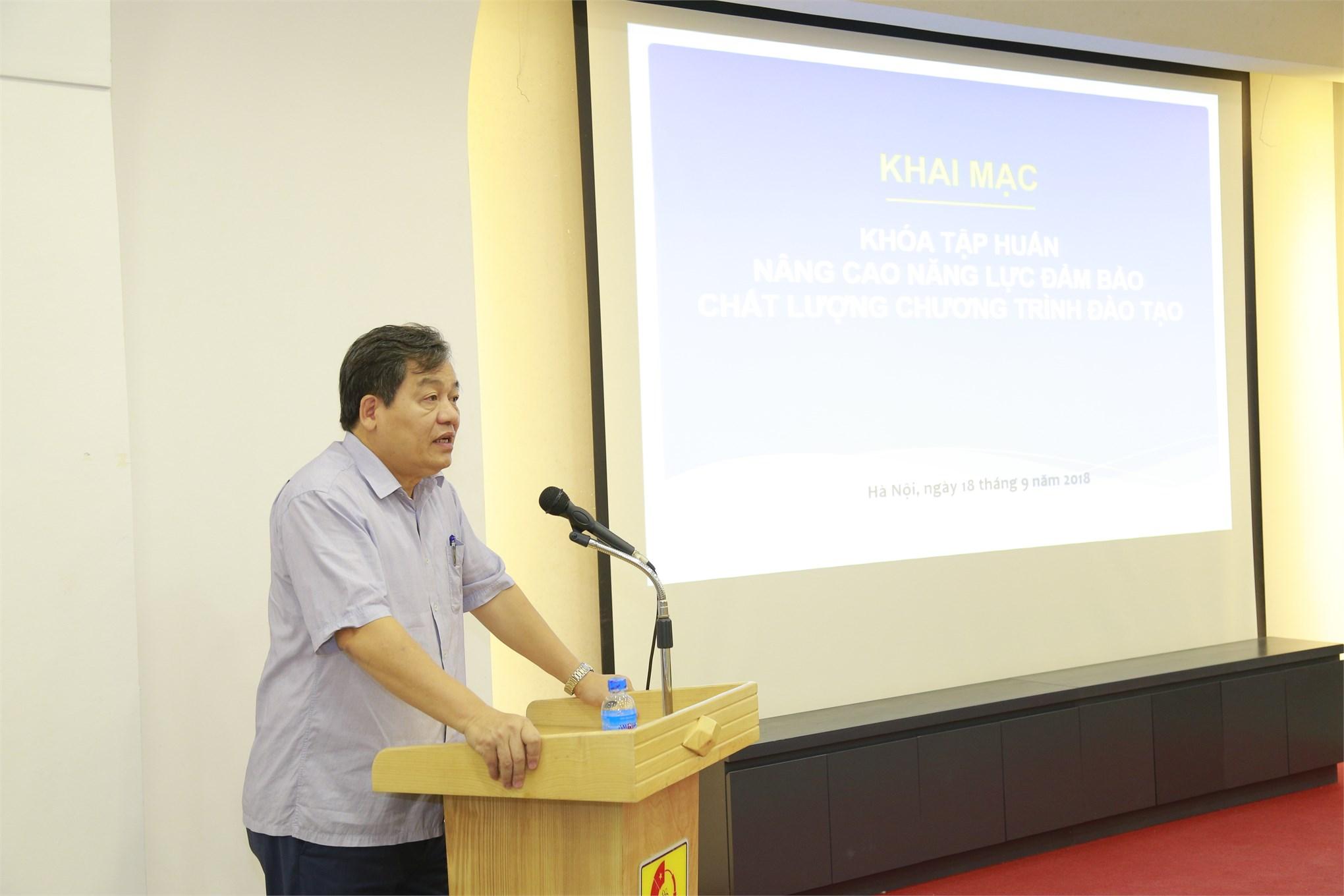 PGS.TS. Trần Đức Quý - Bí thư Đảng ủy, Hiệu trưởng Nhà trường phát biểu khai mạc khóa tập huấn