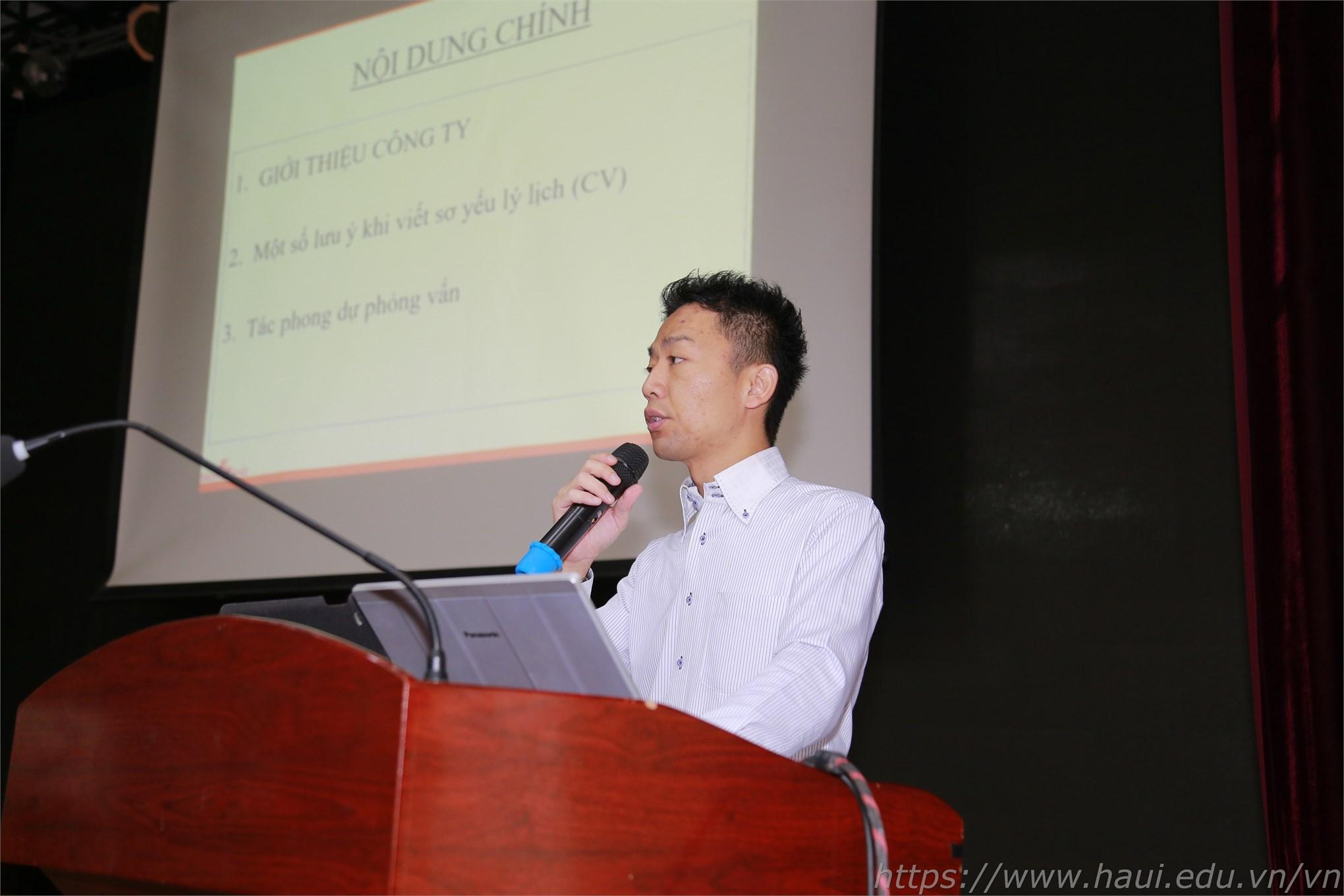 Đại diện Công ty Sekisho giới thiệu chung về công ty và những lưu ý cho sinh viên khi viết CV cũng như khi tham gia phỏng vấn trực tiếp