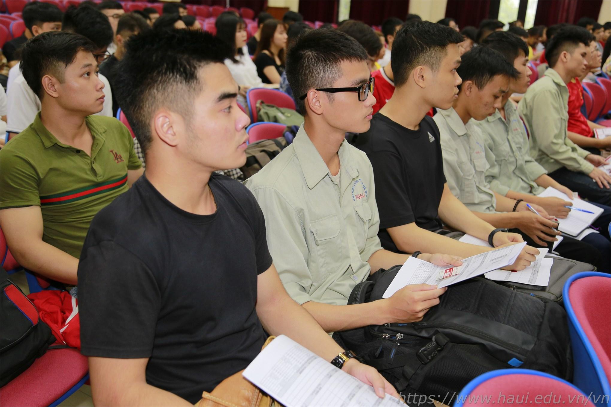 Hội thảo giúp sinh viên hệ đại học, cao đẳng trong trường có những bí kíp viết CV ấn tượng và những kinh nghiệm để buổi phỏng vấn xin việc được thành công