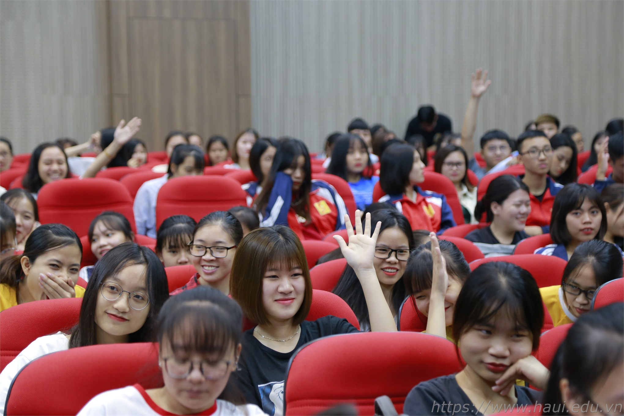 Các bạn sinh viên Khoa Kế toán Kiểm toán hào hứng tham gia những bài test trong buổi Tọa đàm