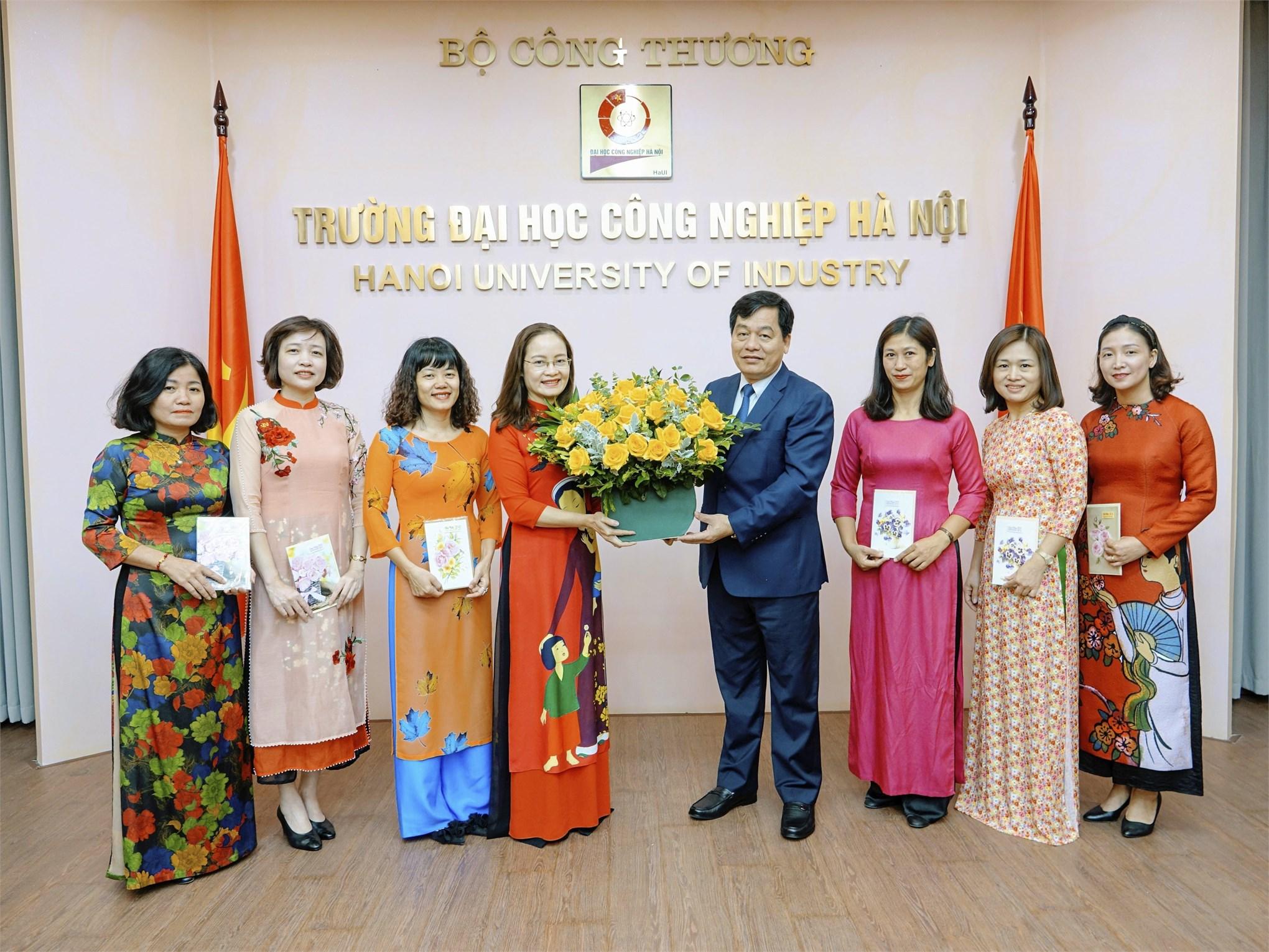 Hiệu trưởng Nhà trường chúc mừng Ban nữ công nhân ngày Phụ nữ Việt Nam 20/10
