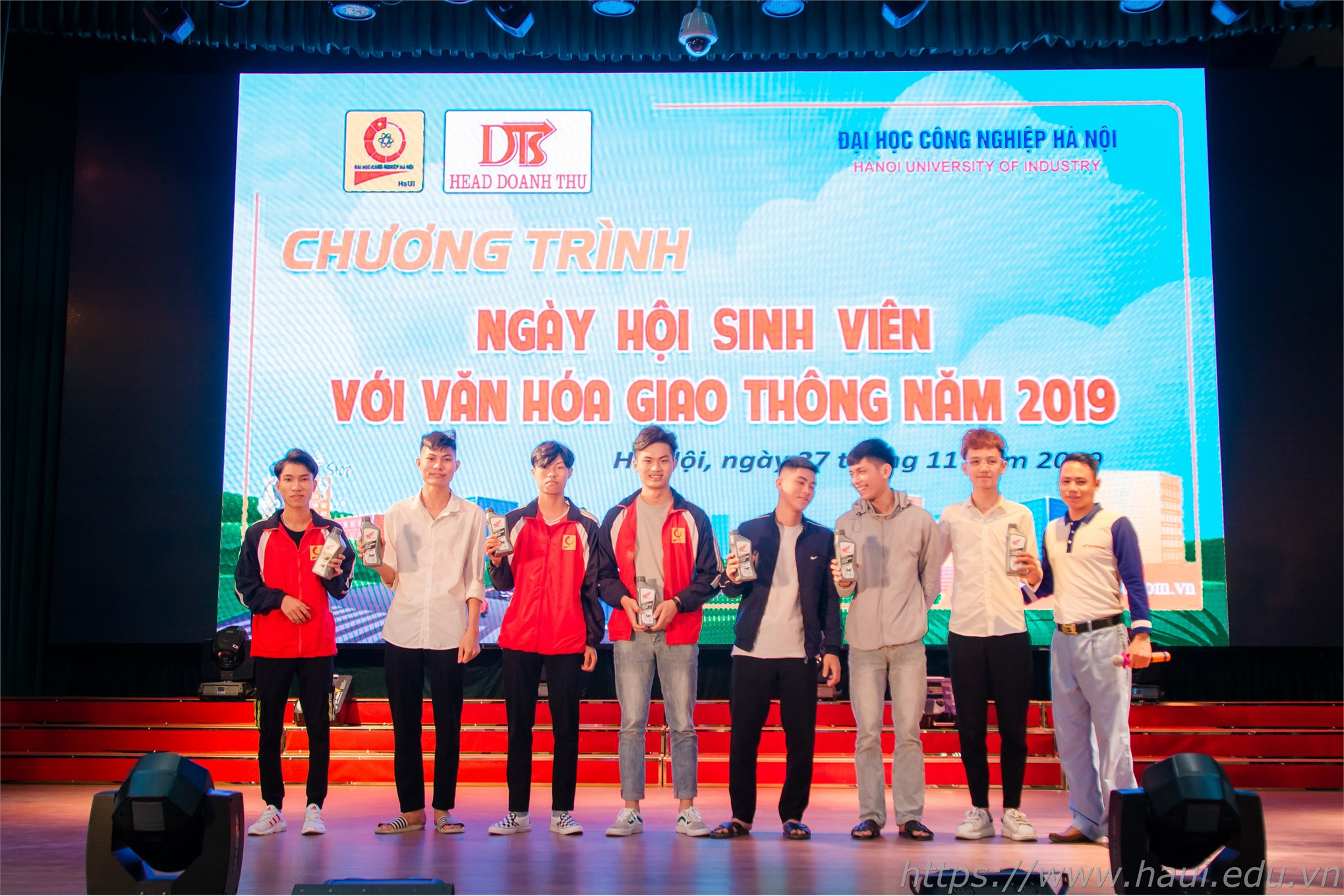 Sinh viên Đại học Công nghiệp Hà Nội hào hứng tham gia phần thi lý thuyết tìm hiểu về an toàn giao thông