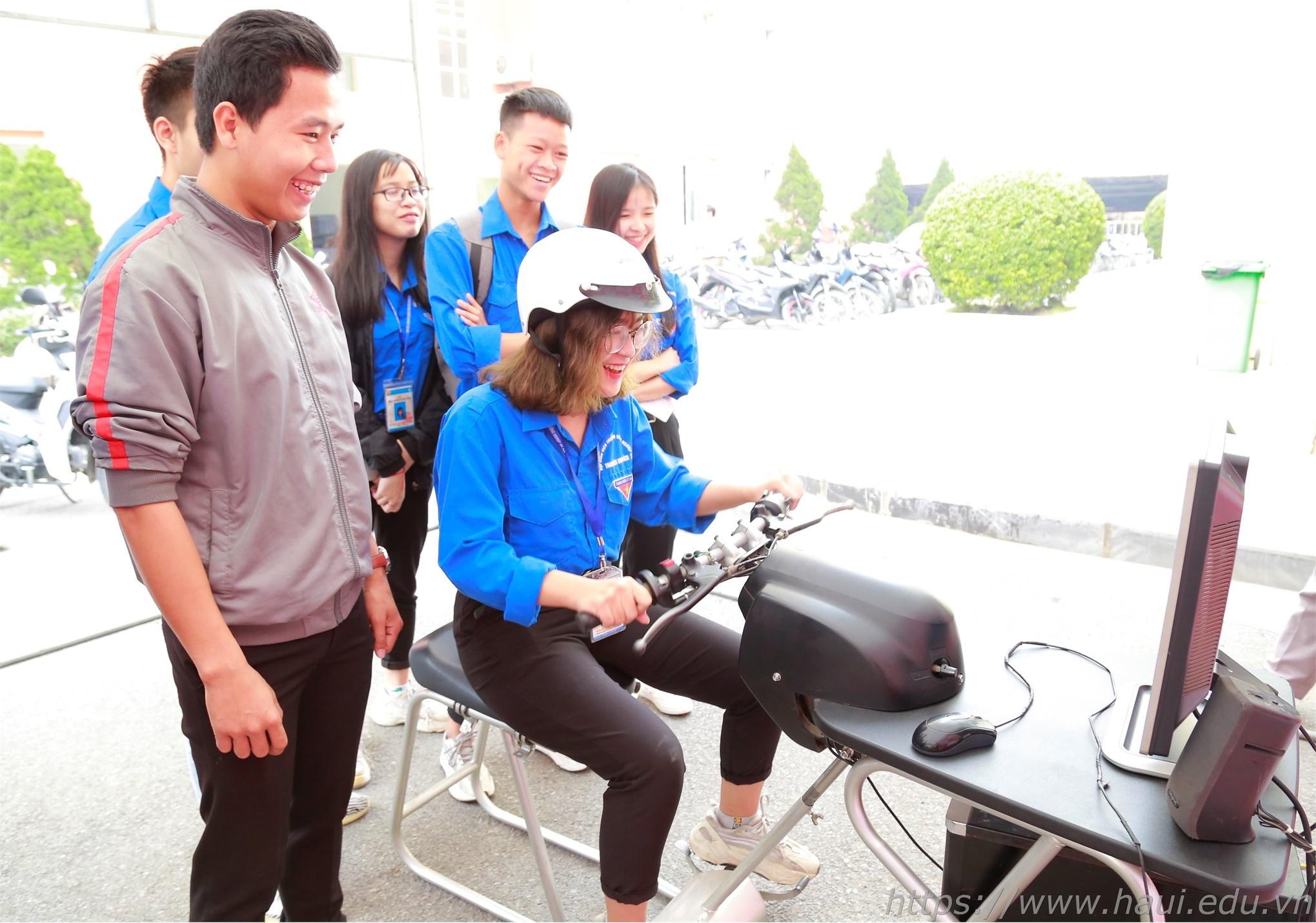 Sinh viên tham dự trò chơi thực hành lái xe bằng mô hình