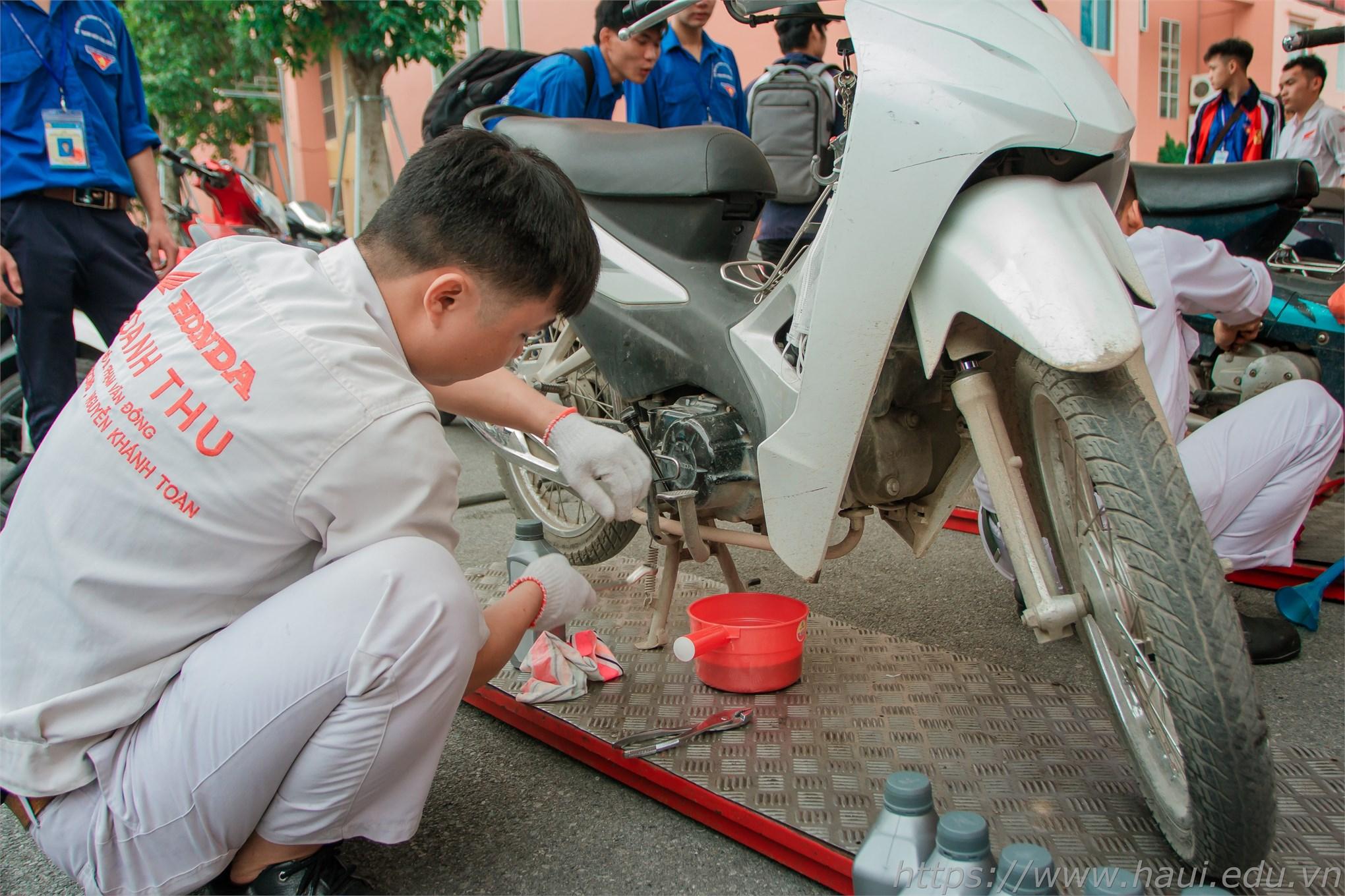 Sinh viên được hỗ trợ bảo dưỡng, kiểm tra, thay dầu xe Honda miễn phí