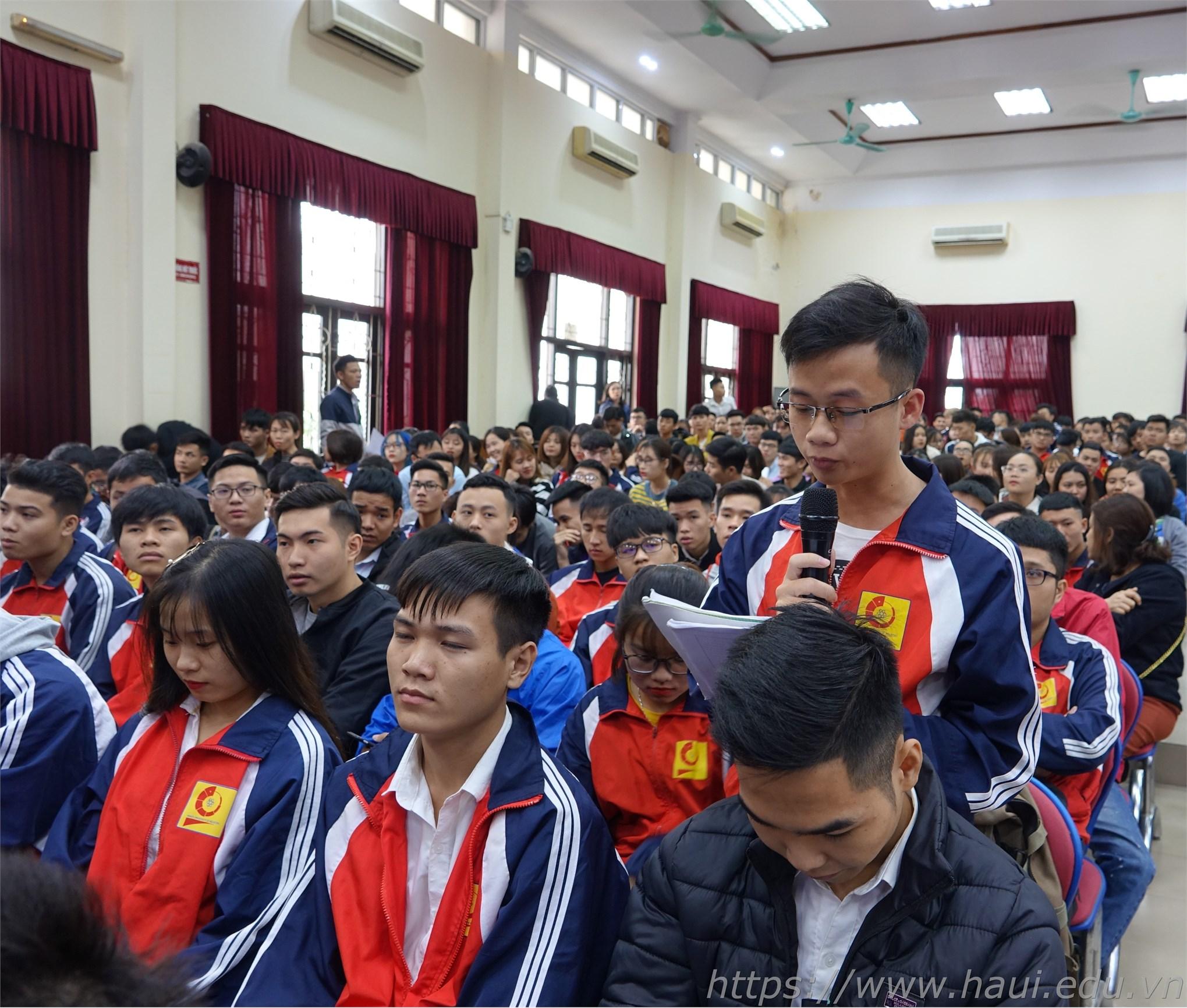 Hội nghị đã lắng nghe gần 40 ý kiến trao đổi của gần 30 đại diện lớp trưởng, bí thư các lớp phát biểu