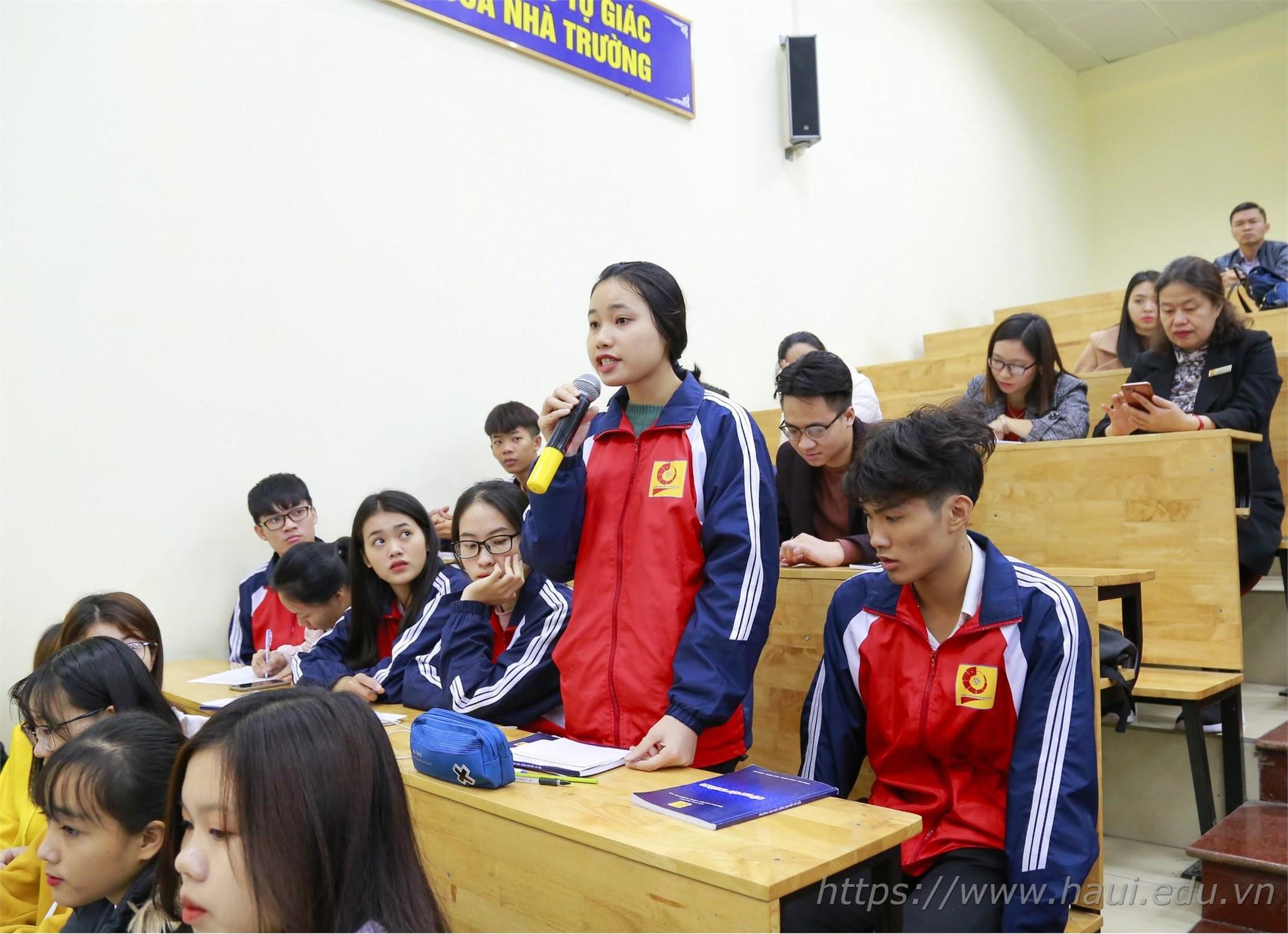 Đại diện sinh viên Khoa Du lịch phát biểu ý kiến tại Hội nghị lớp trưởng, bí thư chi đoàn tại cơ sở 3 – Hà Nam