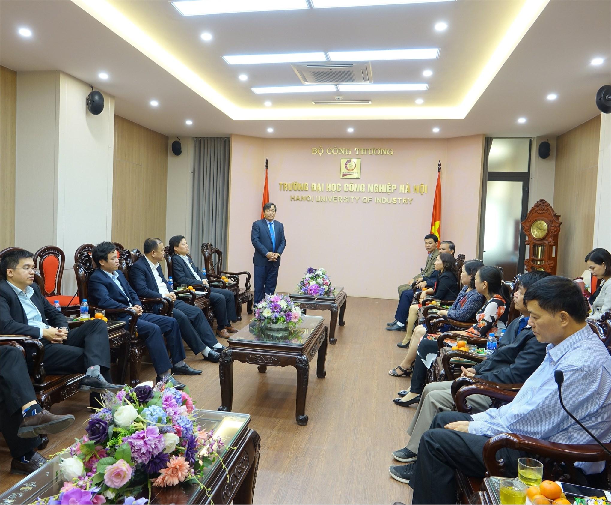 PGS.TS Trần Đức Quý – Bí thư Đảng ủy, Hiệu trưởng nhà trường phát biểu tại buổi gặp mặt