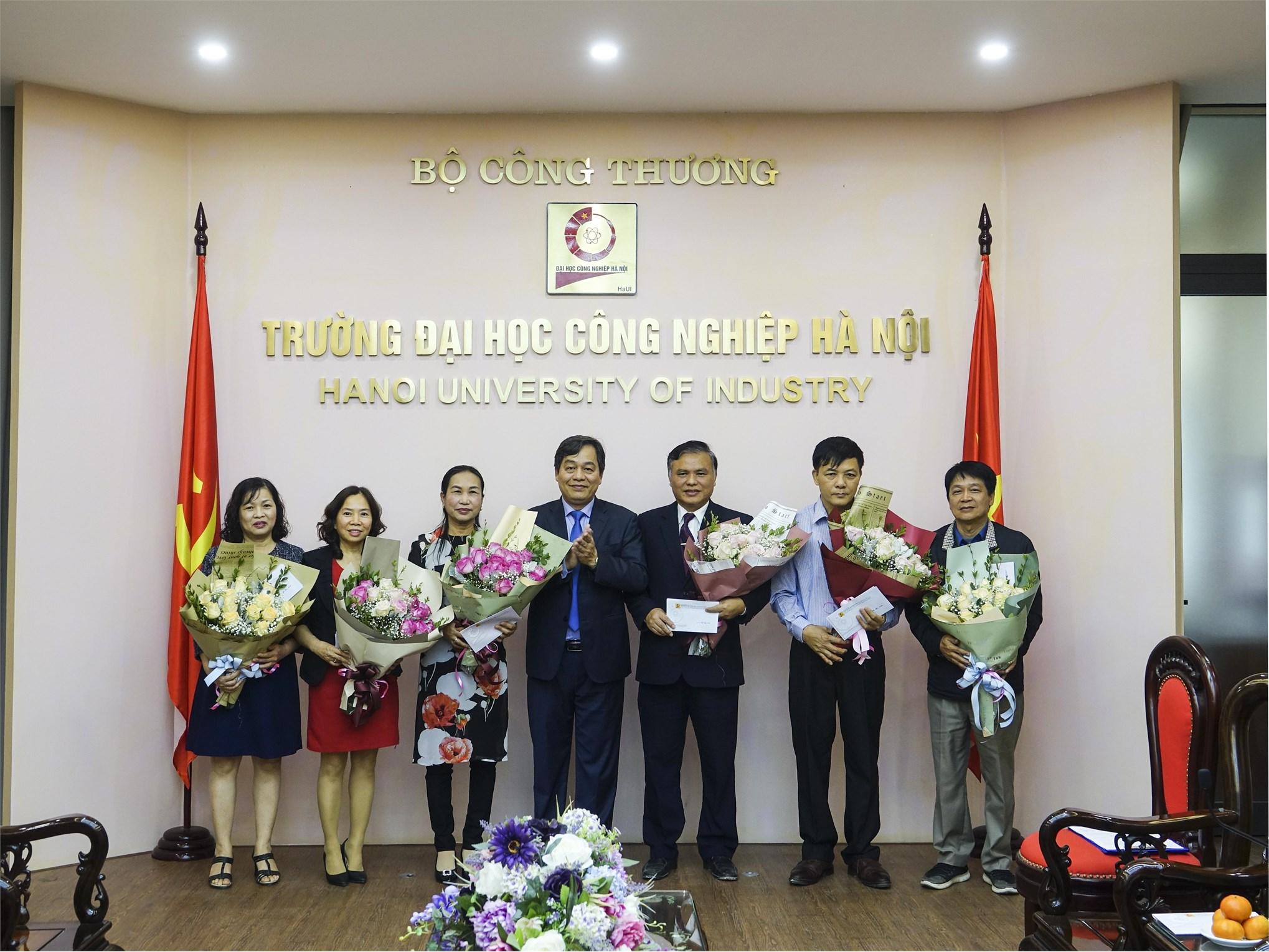 PGS.TS.Trần Đức Quý – Bí thư Đảng ủy, Hiệu trưởng nhà trường tặng hoa cho 6 viên chức nghỉ hưu năm 2019