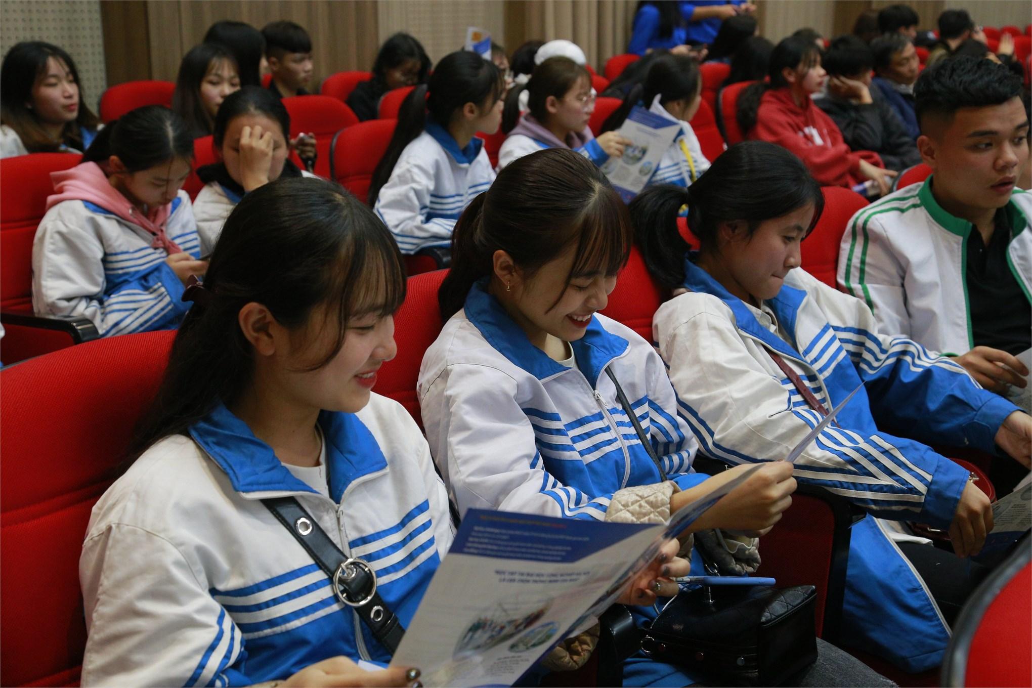 Đại học Công nghiệp Hà Nội đón gần 1000 giáo viên, phụ huynh và học sinh THPT Hoàng Hoa Thám - tỉnh Quảng Ninh đến thăm quan trường