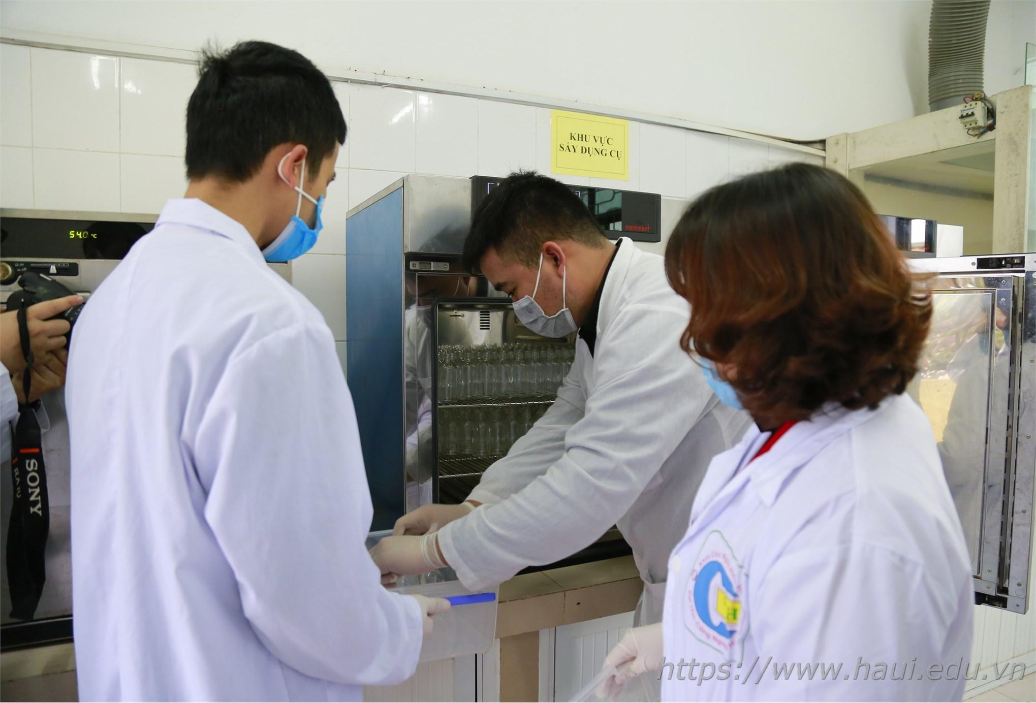 Đại học Công nghiệp Hà Nội sản xuất dung dịch phòng chống vi-rút Corona, phát miễn phí cho cán bộ, giảng viên và 30.000 học viên, sinh viên