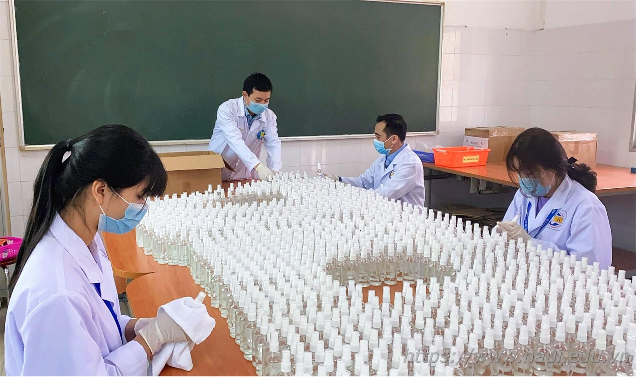 Đại học Công nghiệp Hà Nội sản xuất nước sát khuẩn